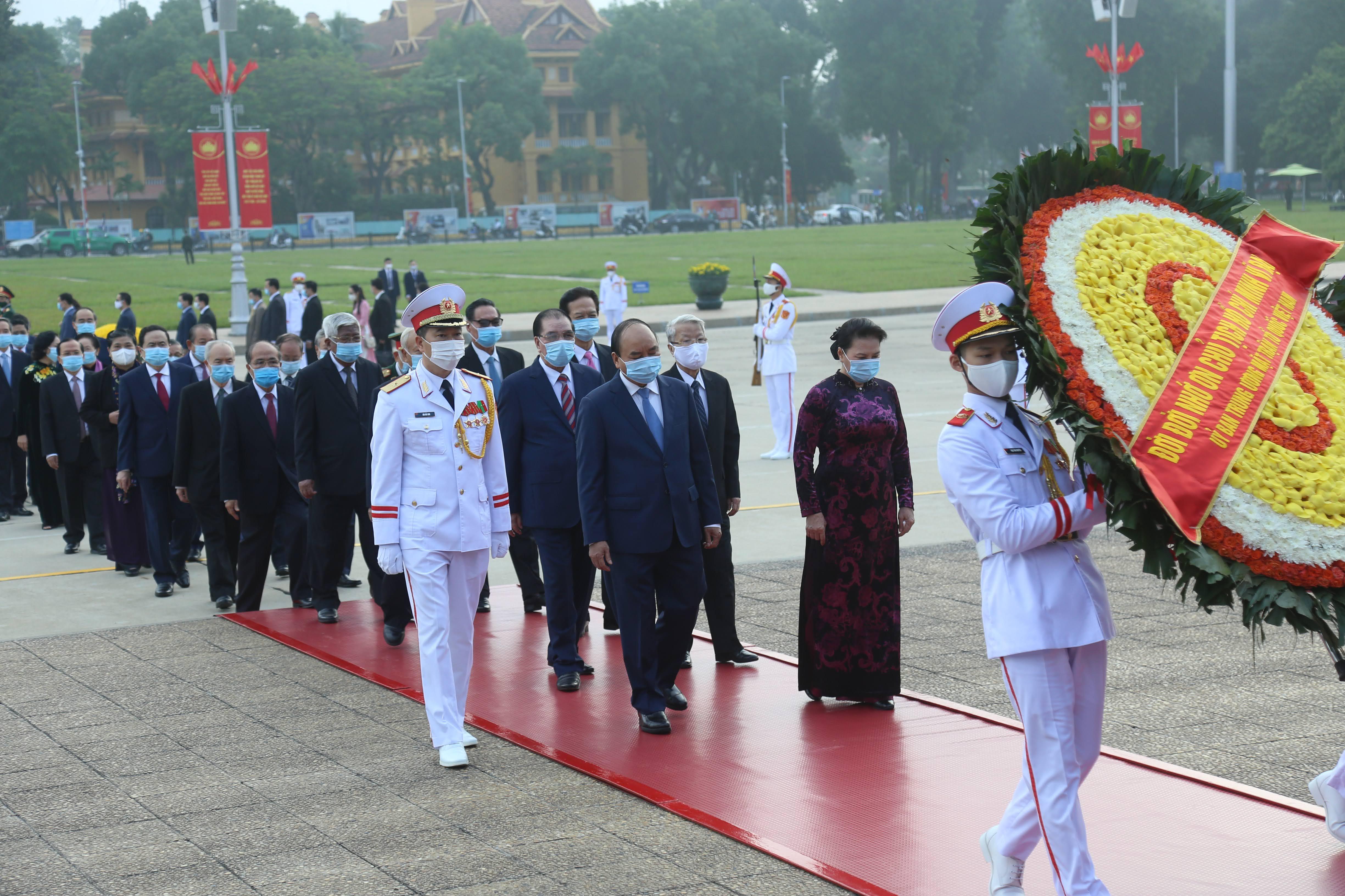 Các đồng chí lãnh đạo, nguyên lãnh đạo Đảng, Nhà nước, MTTQ Việt Nam viếng Lăng Chủ tịch Hồ Chí Minh.
