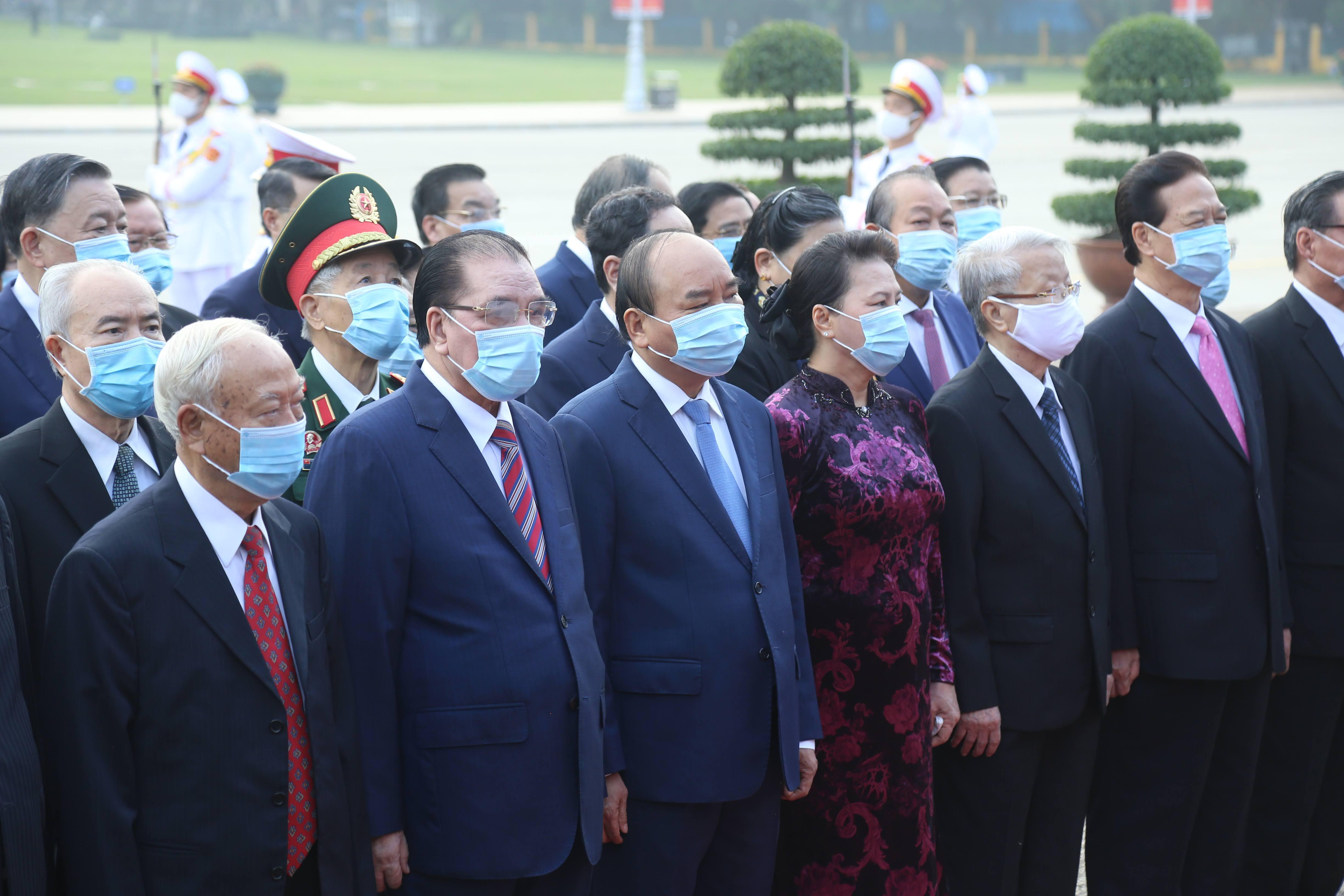 Đoàn đại biểu lãnh đạo, nguyên lãnh đạo Đảng, Nhà nước, MTTQ Việt Nam vào viếng Lăng Chủ tịch Hồ Chí Minh.