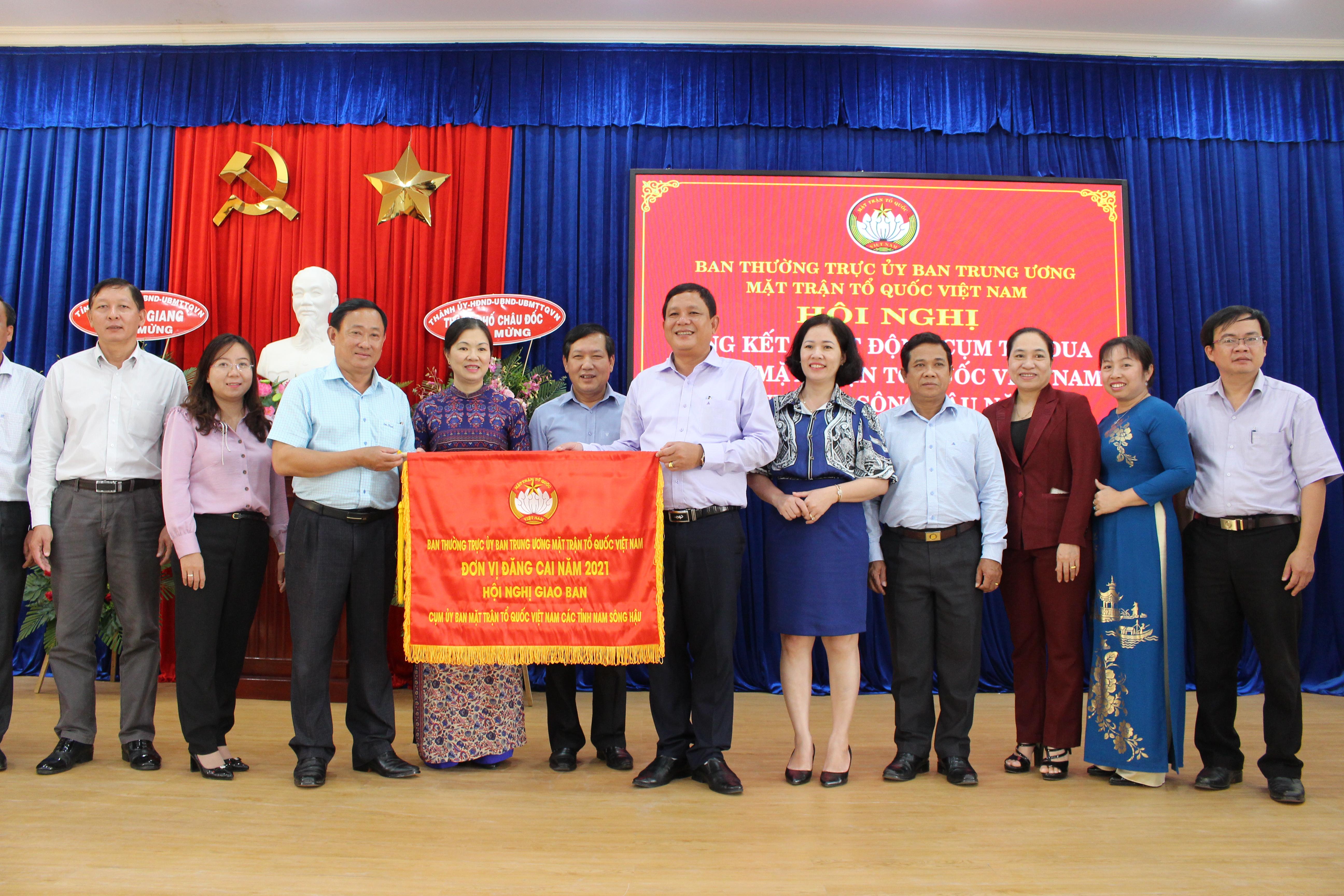 Trao cờ cho đơn vị đăng cai tổ chức cụm thi đua Nam sông Hậu năm 2021.