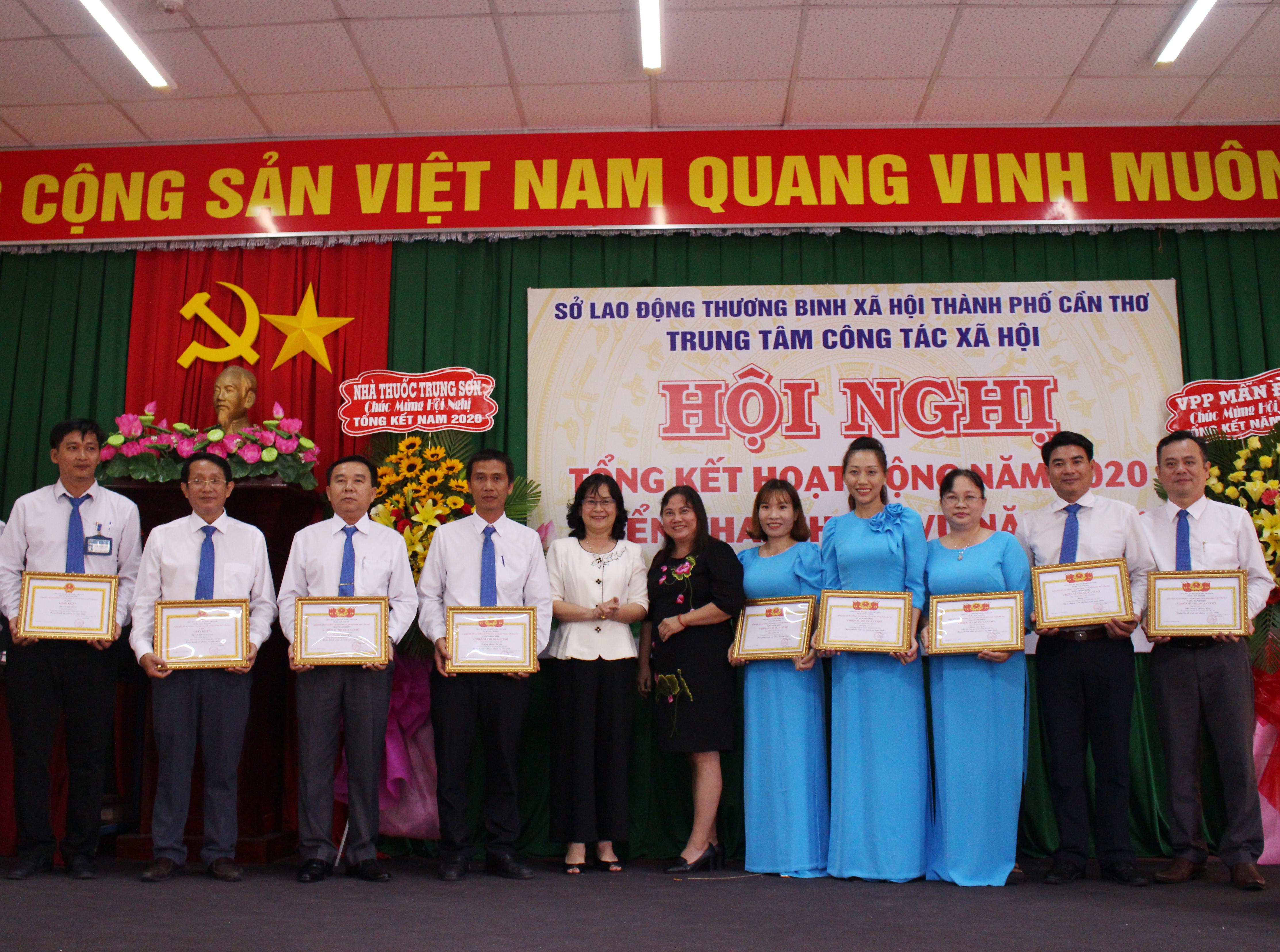 Các cá nhân nhận giấy khen của Giám đốc Sở LĐ - TB&XH TP Cần Thơ