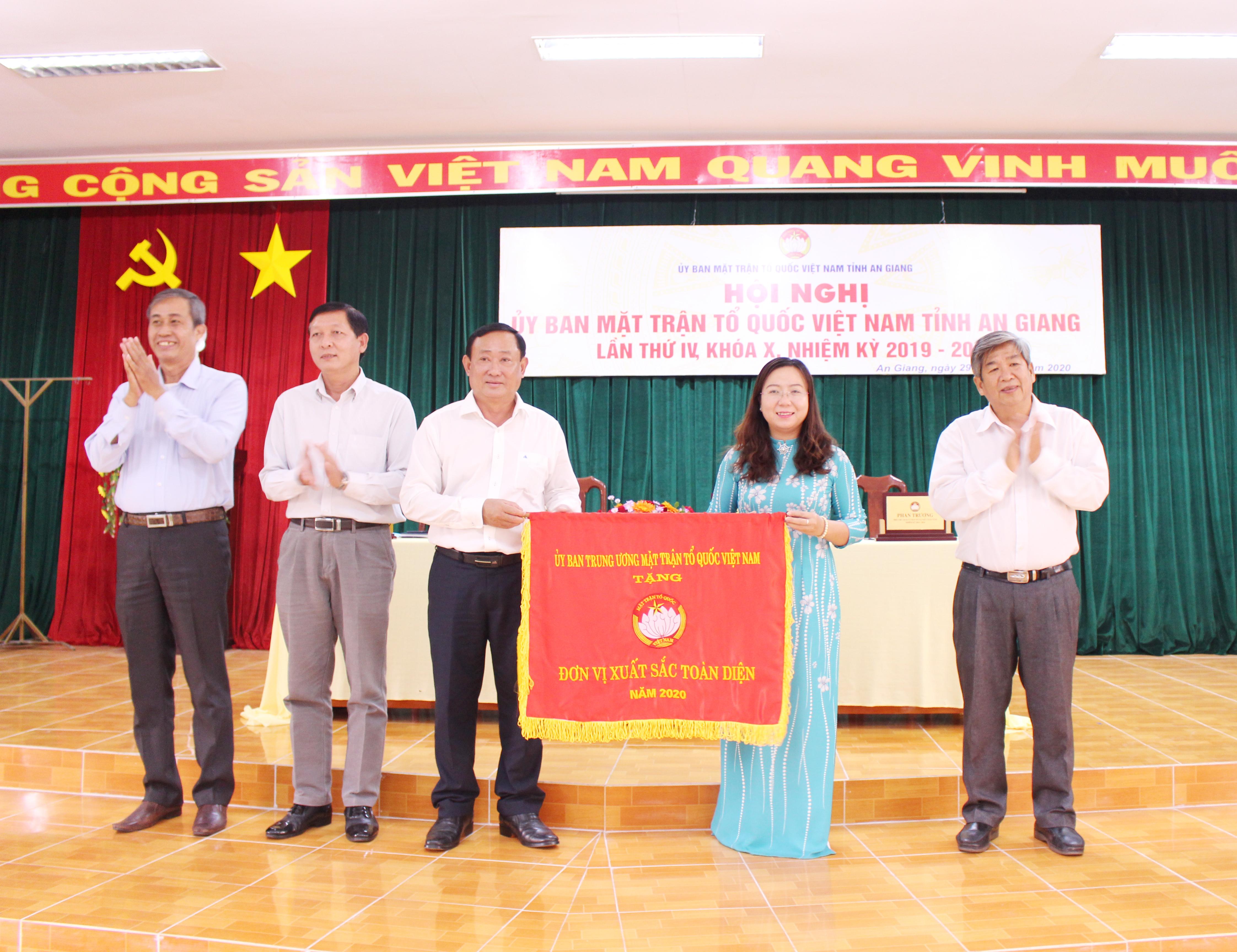 Mặt trận An Giang là 1 trong 9tỉnh, thành cả nước nhận cờ đơn vị xuất sắc toàn diện năm 2020 của UBTƯ MTTQ Việt Nam.