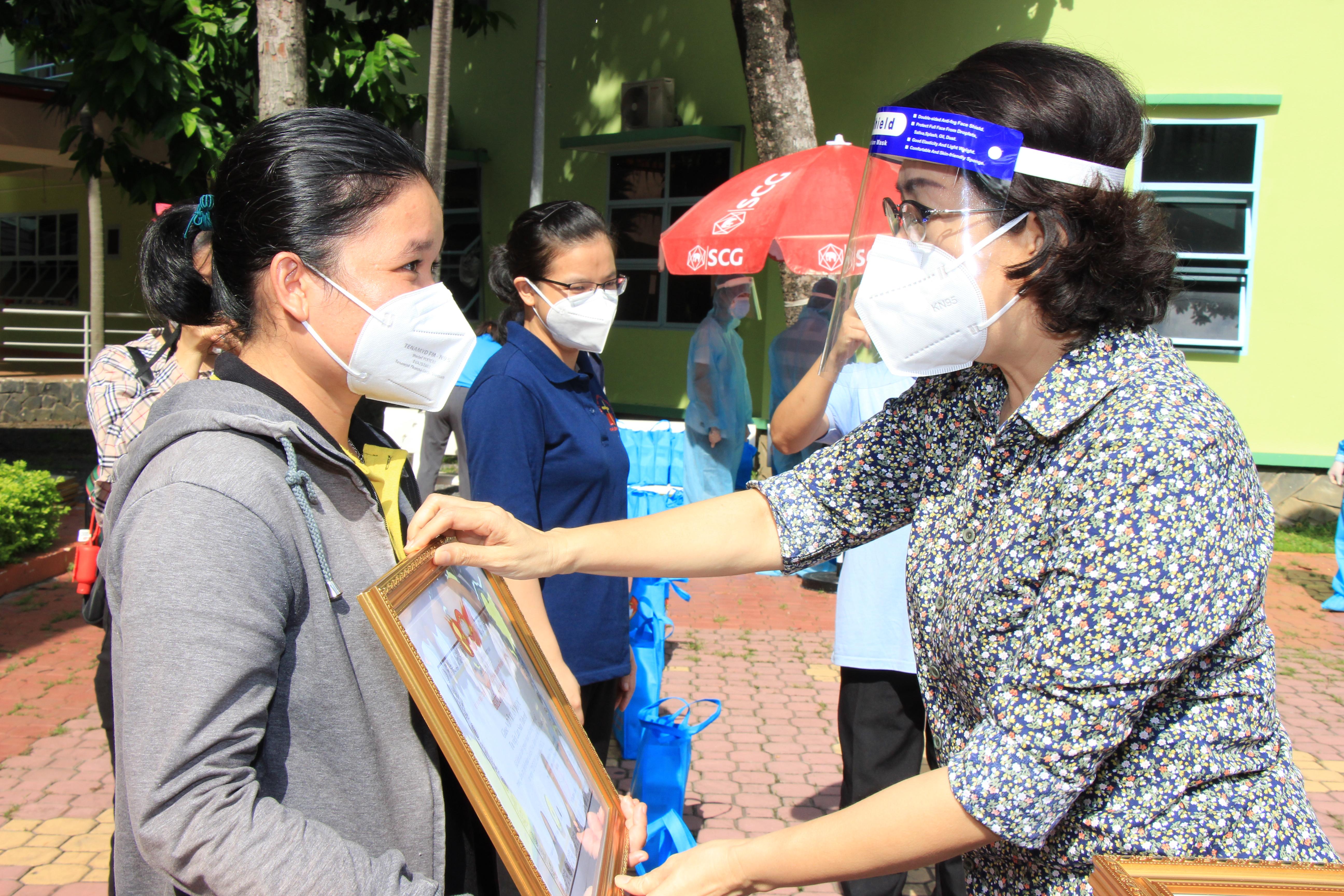 Chủ tịch Ủy ban MTTQ Việt Nam TP HCM Tô Thị Bích Châu trao tặng giấy biểu dương cho các tình nguyện viên.
