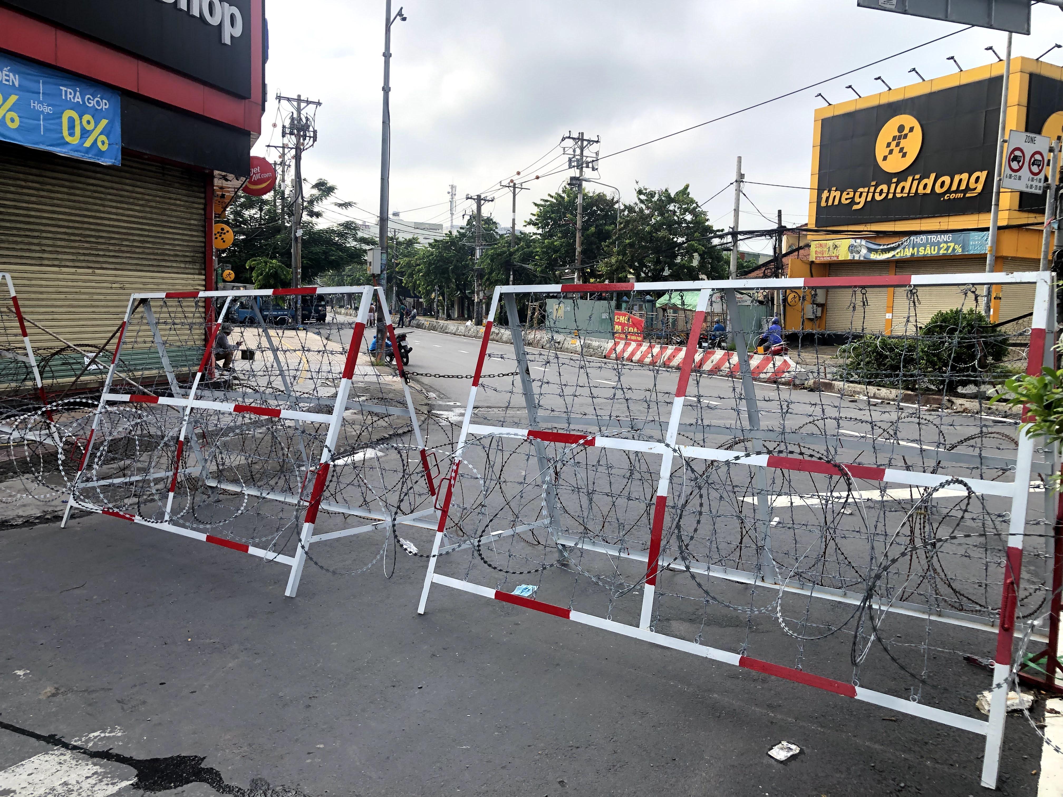 Chốt chặn ở điểm giao đường Phan Văn Hớn (Quận 12) đoạn giao với quốc lộ 1A bằng rào thép. Đây là tuyến đường huyết mạch ở cửa ngõ phía Tây Nam thành phố. Bình thường luôn ùn tắc kẹt xe nhưng hiện các phương tiện không được phép di chuyển.
