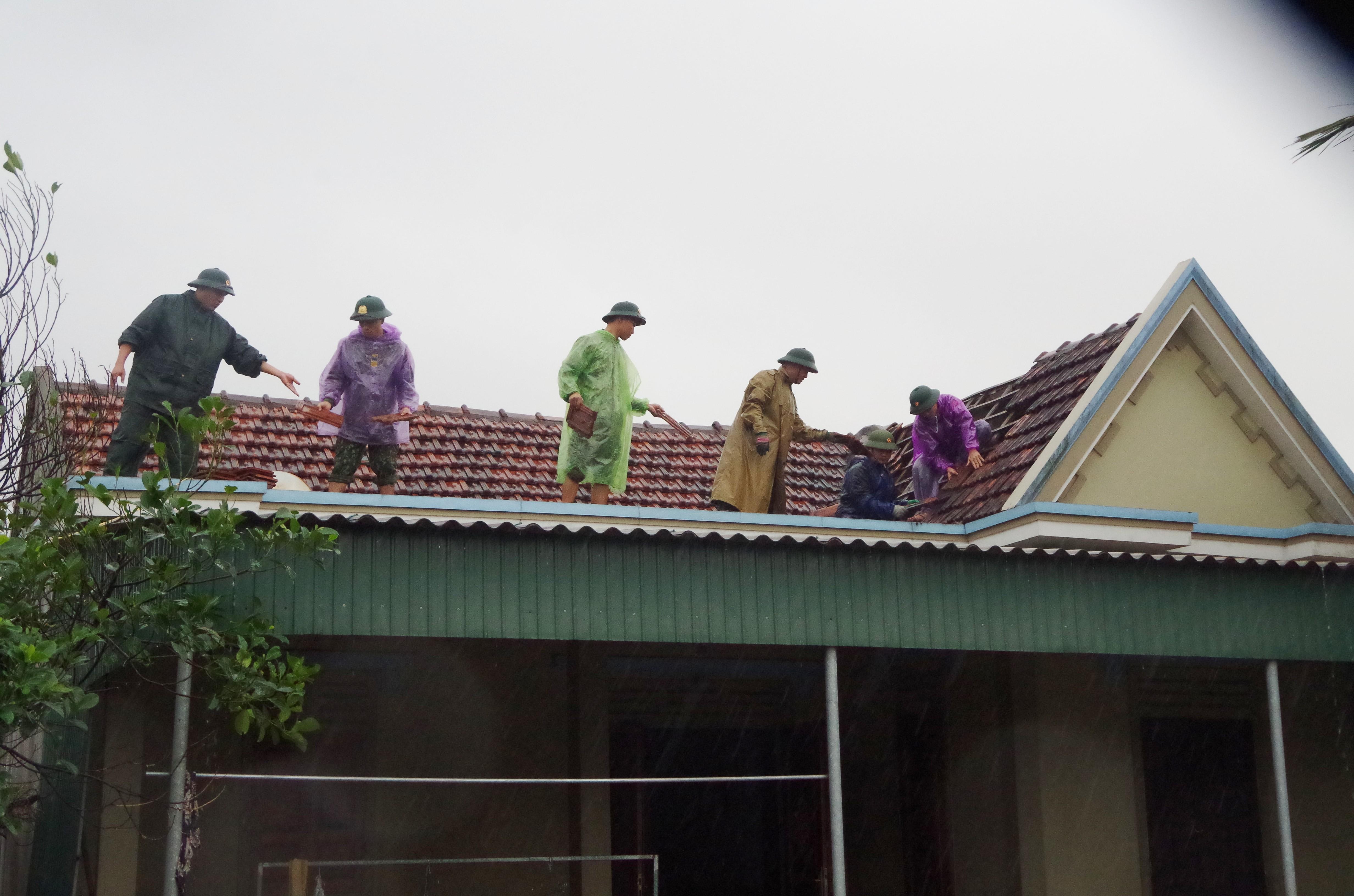 Ở xã Đan Trường (huyện Nghi Xuân) cũng bay 19 mái nhà.