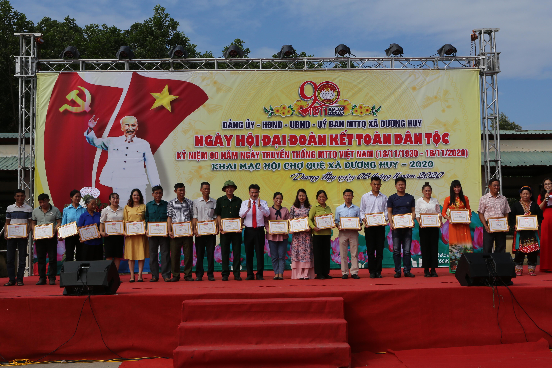 Ông Bùi Hải Sơn, Bí thư Đảng uỷ, Chủ tịch UBND xã Dương Huy tặng giấy khen cho những gia đình Văn hoá tiêu biểu, xuất sắc năm 2020.