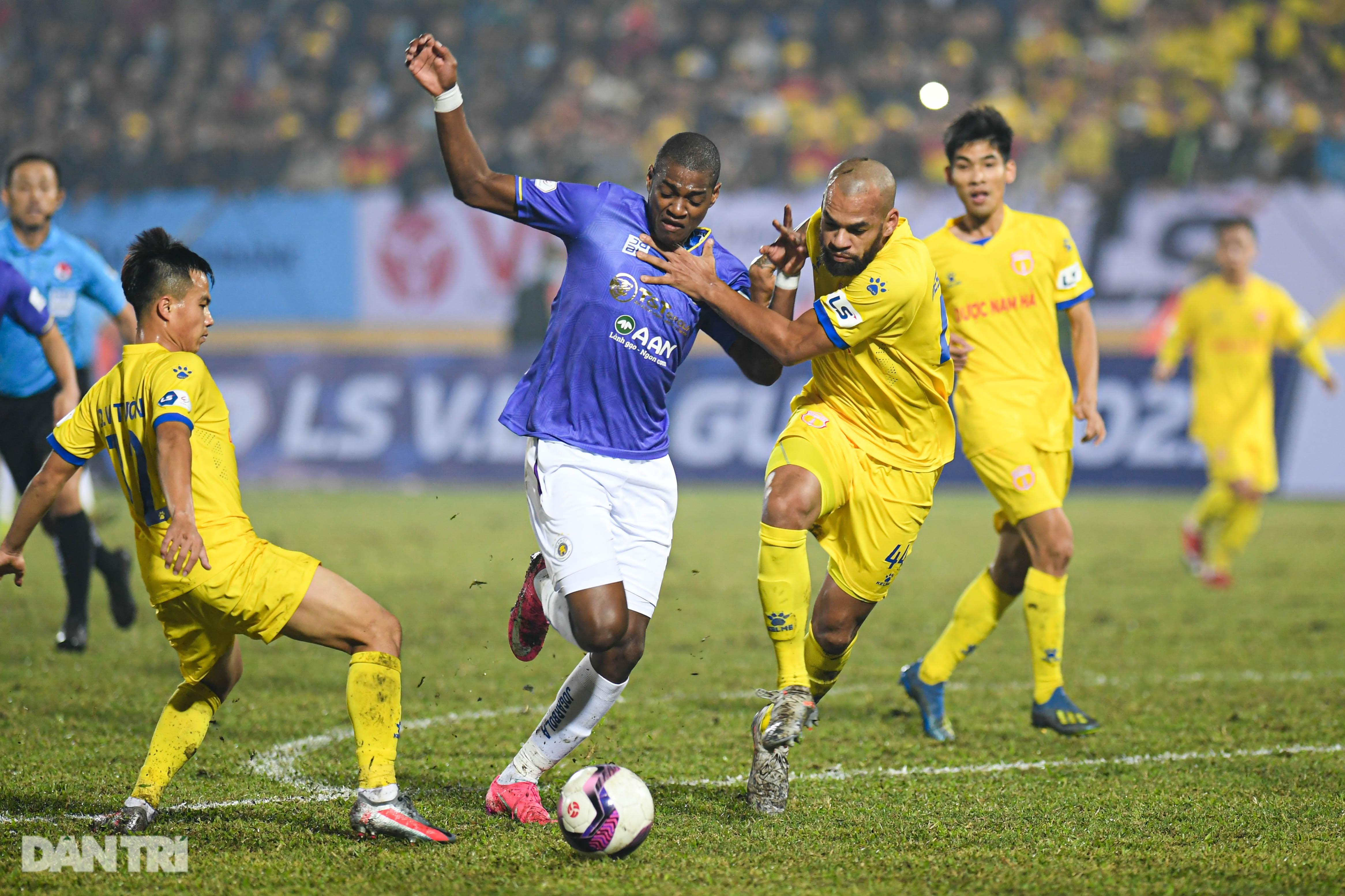 Hà Nội thua Nam Định ngay trận mở màn V-League 2021.