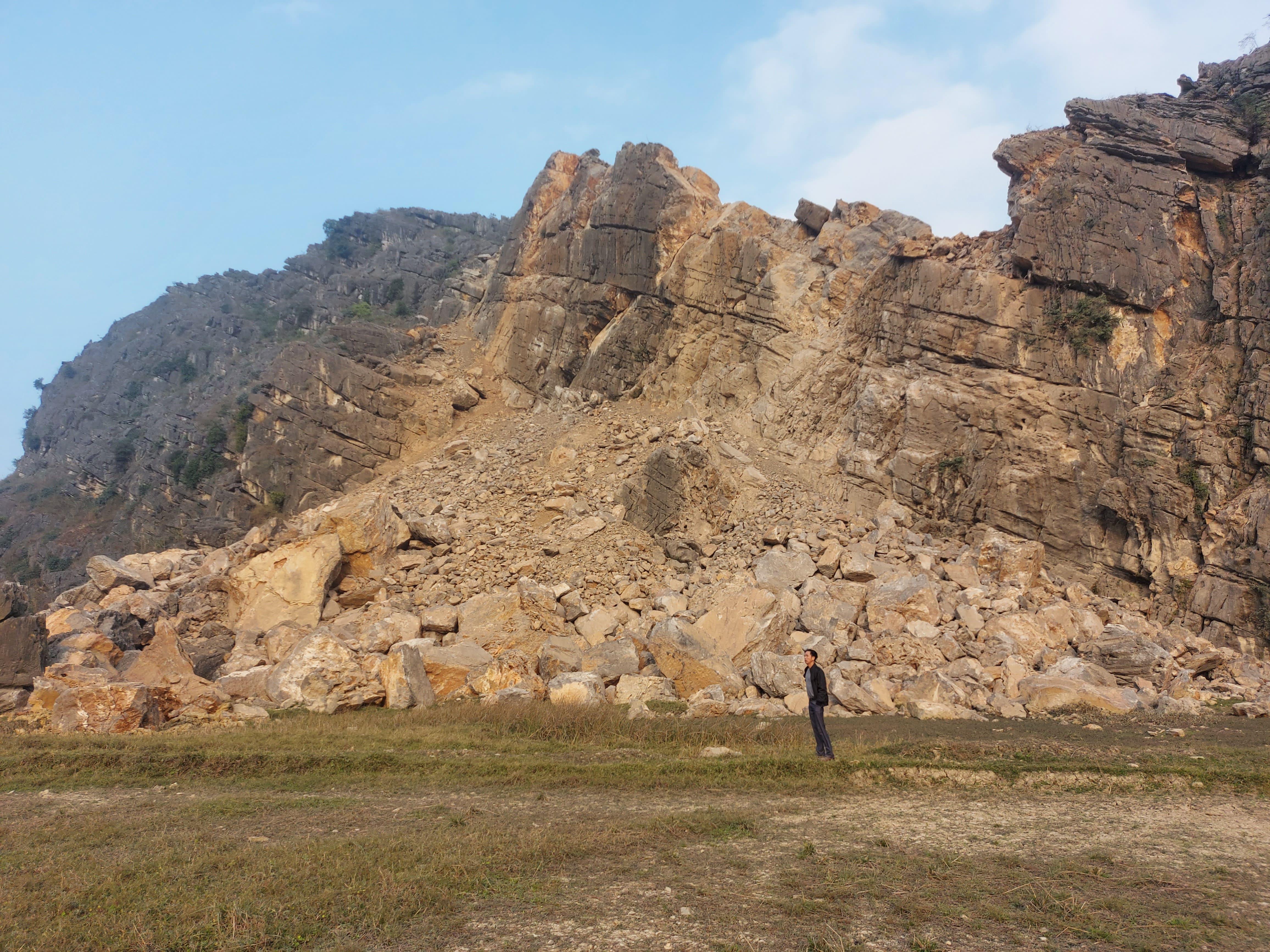 Hoạt động khai thác đá của DN Thiên Tân gây ảnh hưởng nghiêm trọng tới đời sống, sinh hoạt của người dân xã Đức Long.