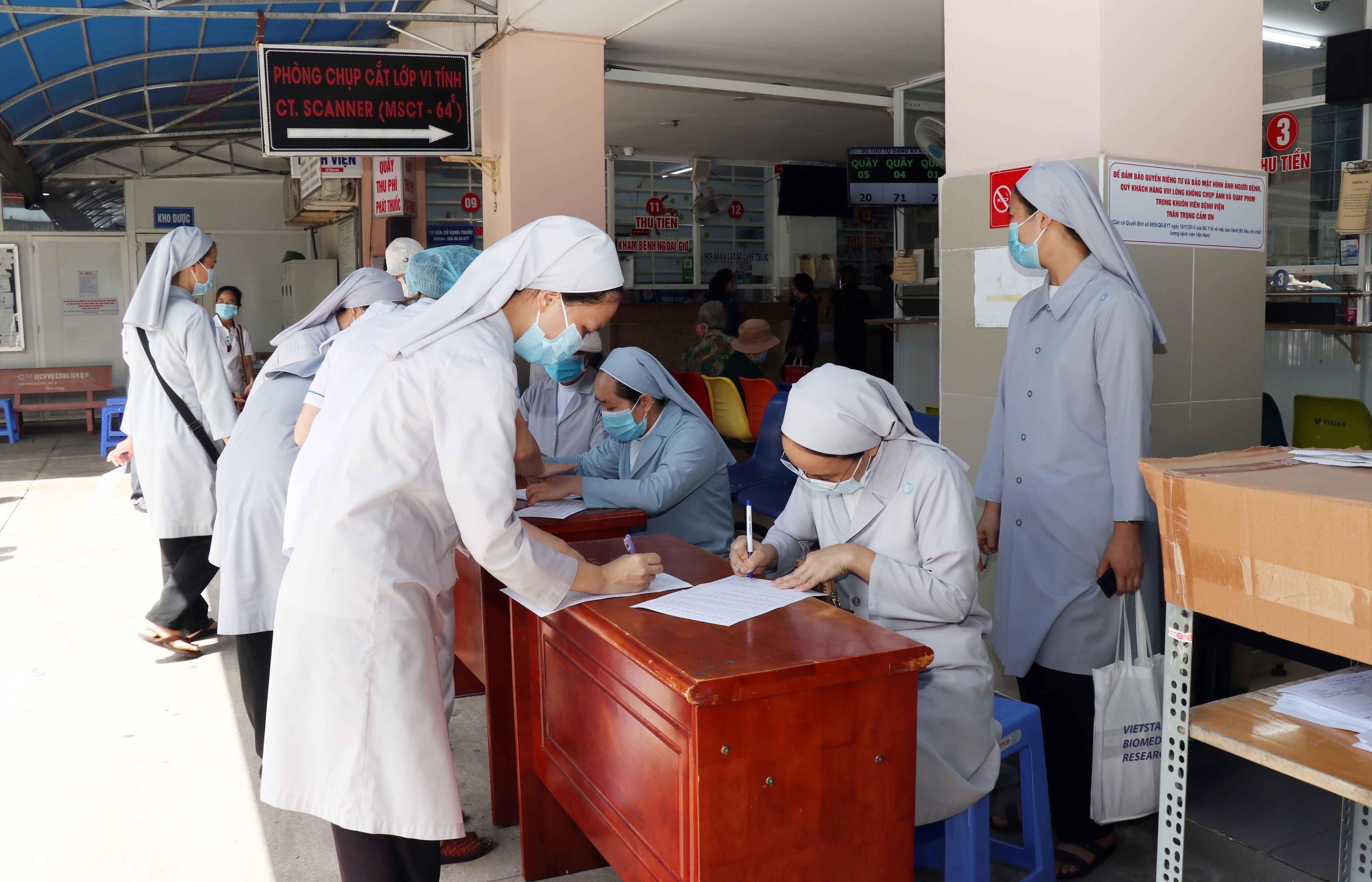 Một số nữ tu Công giáo tham gia hỗ trợ lực lượng tuyến đầu chống dịch đăng ký tiêm vaccine phòng Covid-19 tại Bệnh viện quận 11.