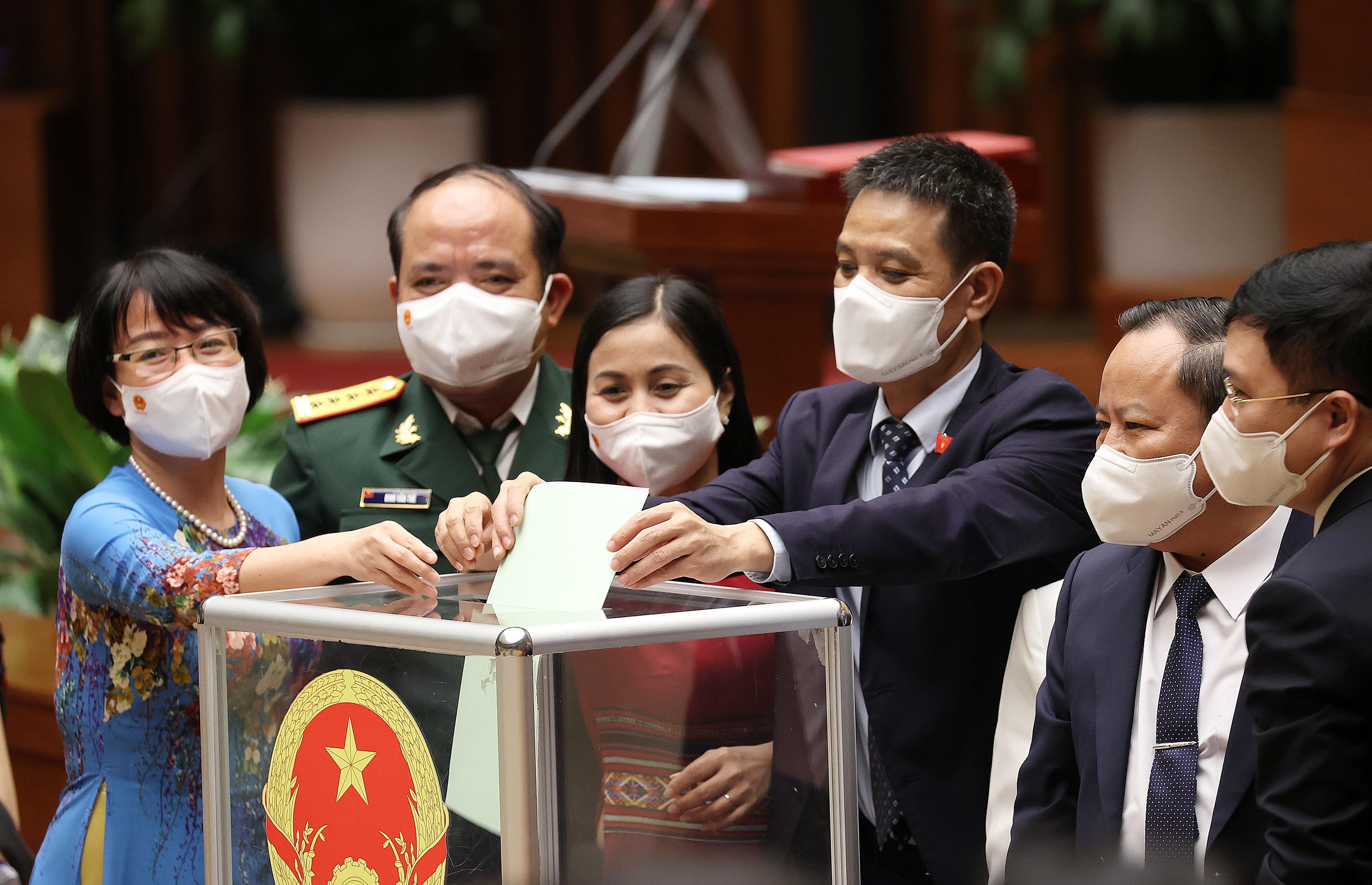 Đại biểu Quốc hội bỏ phiếu bầu Thủ tướng Chính phủ. Ảnh: Dương Giang – TTXVN.