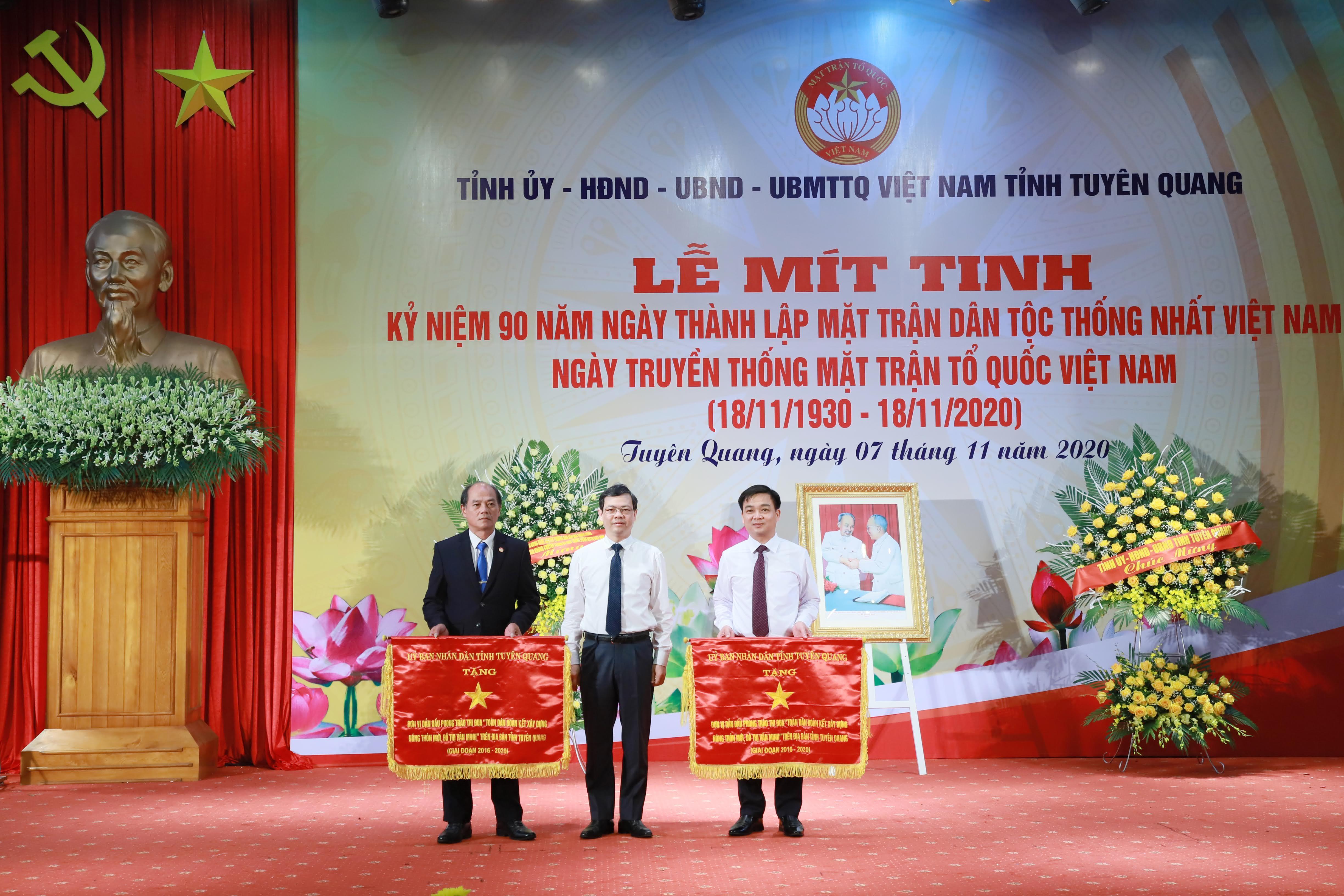 UBND tỉnh Tuyên Quang tặng Cờ thiđua cho hai tập thể.