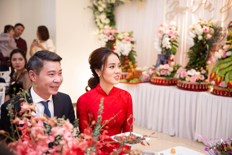 Chú rể Công Lý cùng cô dâu Ngọc Hà rạng rỡ trong lễ ăn hỏi.