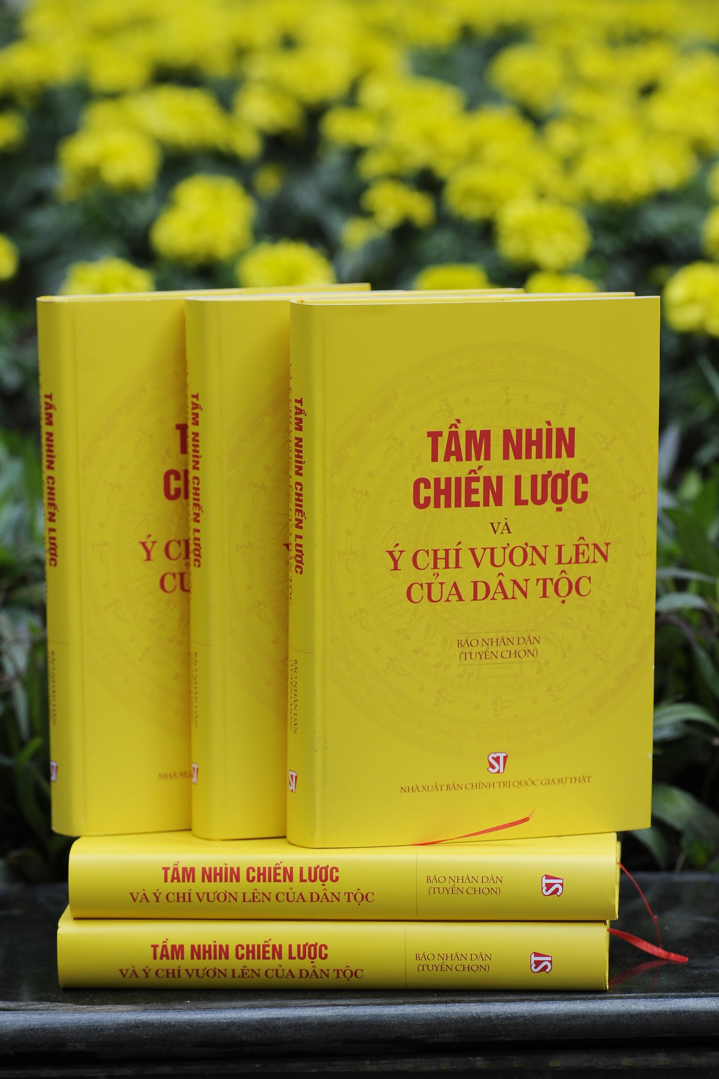 """Bìa cuốn sách""""Tầm nhìn chiến lược và ý chí vươn lên của dân tộc""""."""
