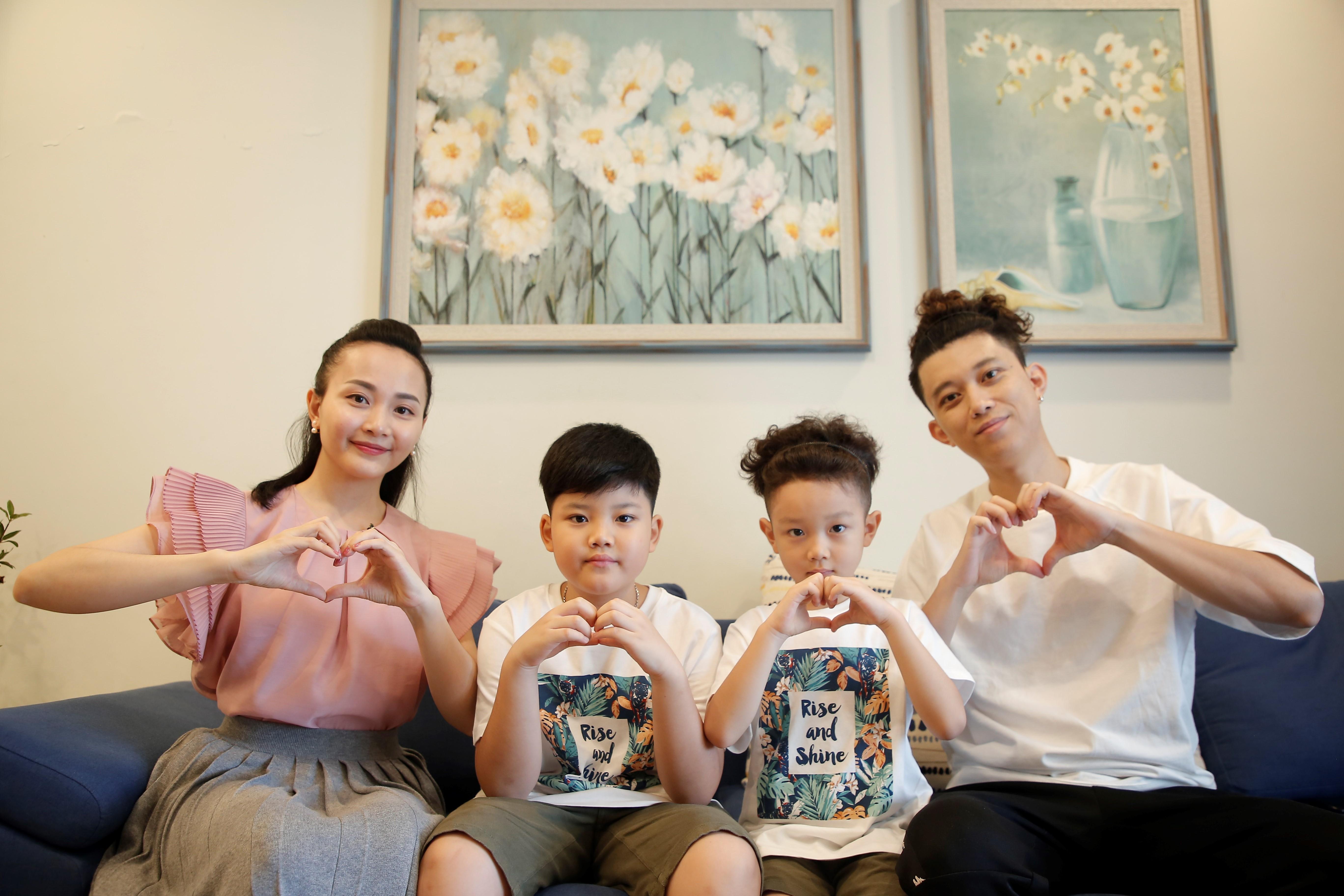 Gia đình ca sĩ Quang Minh (Oplus).