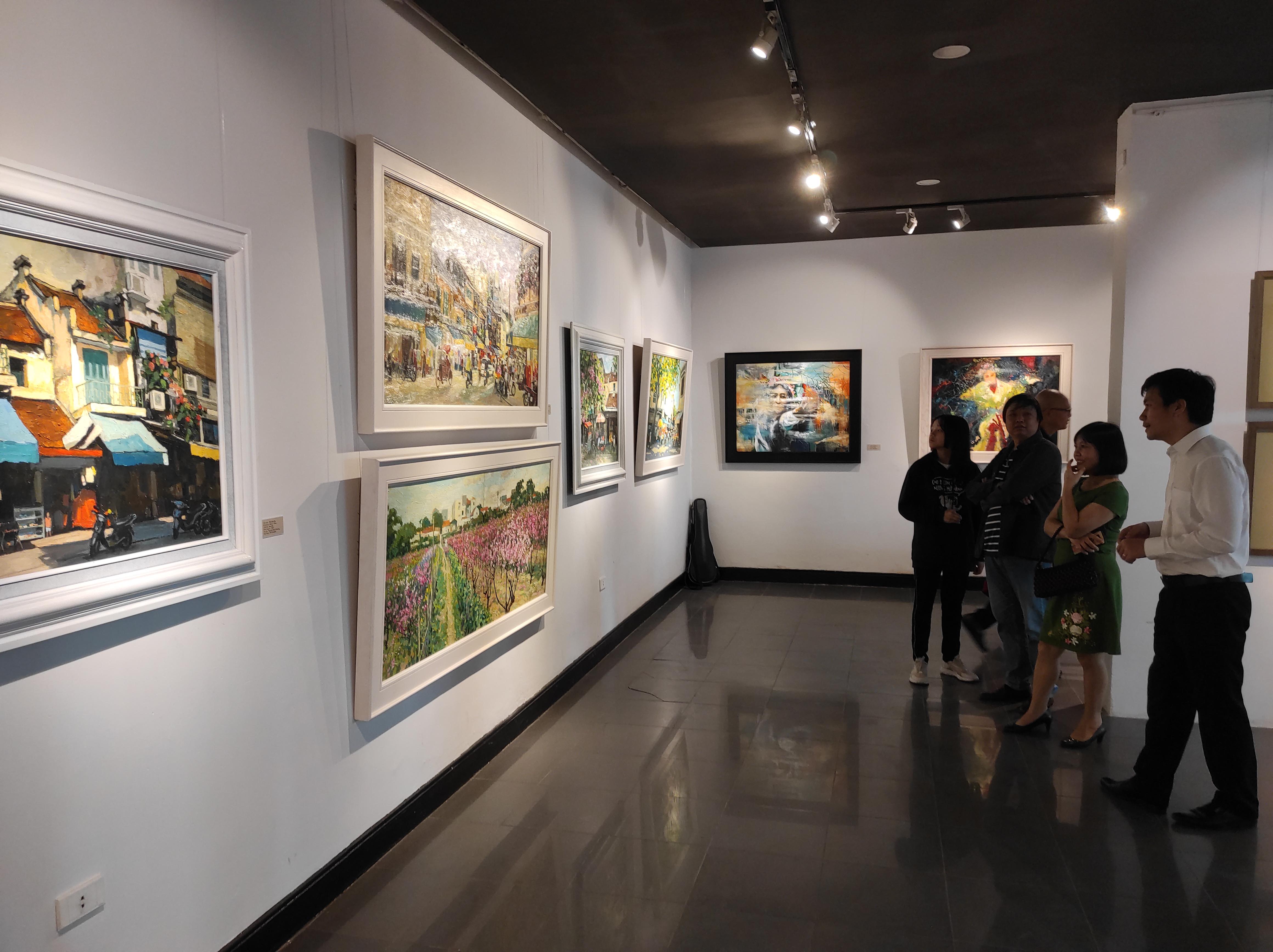 """""""Tụ 20"""" trưng bày 30 tác phẩm của 6 họa sĩ."""