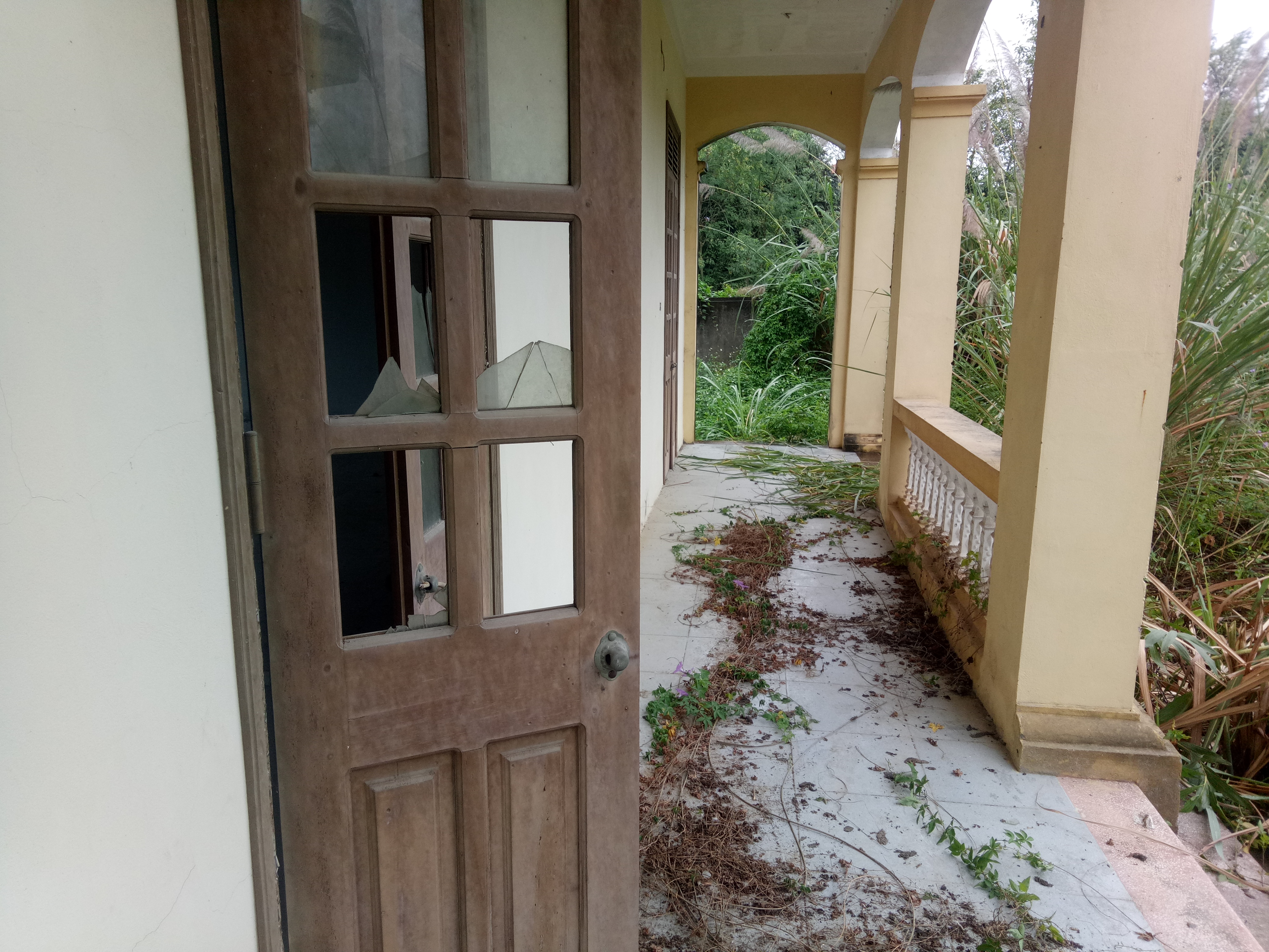 Gần như toàn bộ số cửa kính trong công trình 2 tầng đều đã bị hư hỏng, vỡ nát.
