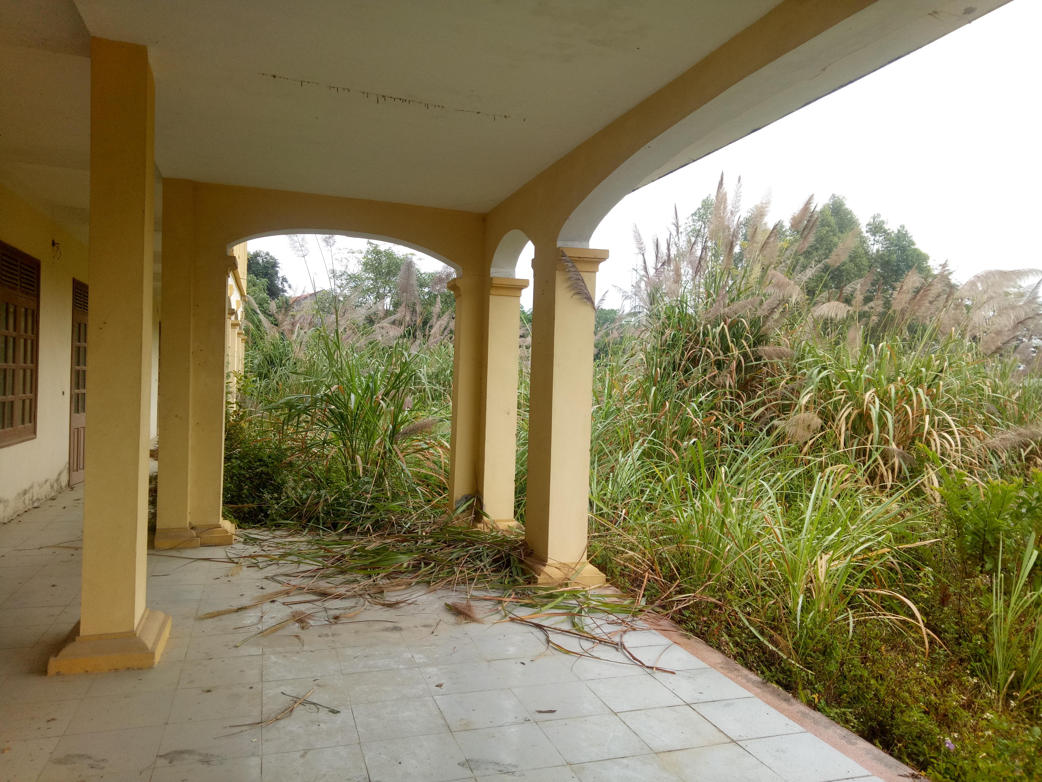 Nhiều người dân sống xung quanh dự án bày tỏ sự xót xa khi một dự án tiền tỷ, có ý nghĩa quan trọng trong việc phát triển của huyện lại bị bỏ hoang, đắp chiếu suốt nhiều năm.