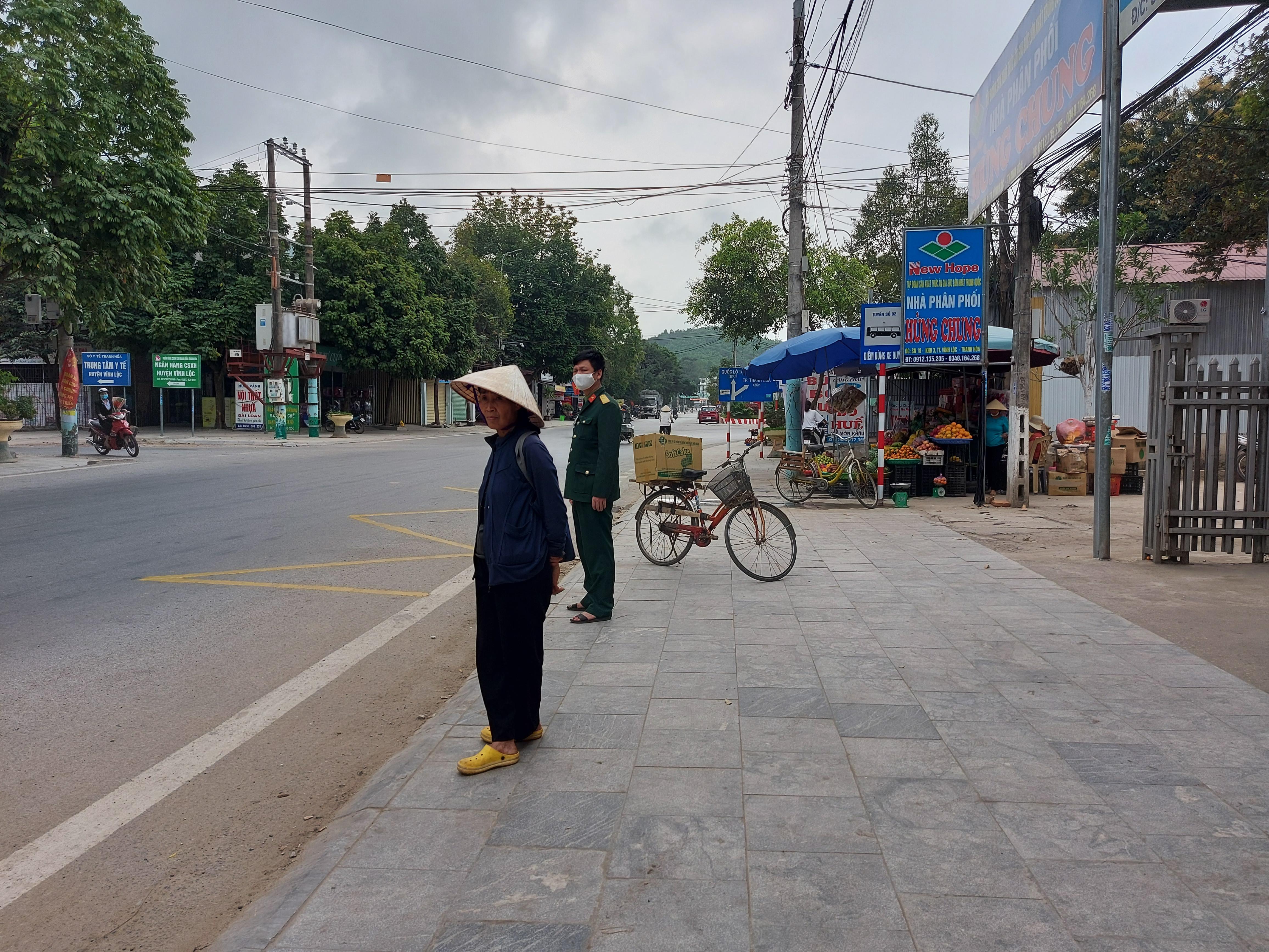 Người dân thị trấn Vĩnh Lộc (Thanh Hóa) hiện đã dễ dàng đứng chờ xe buýt tại điểm dừng đỗ được cắm biển, có vạch kẻ đường.