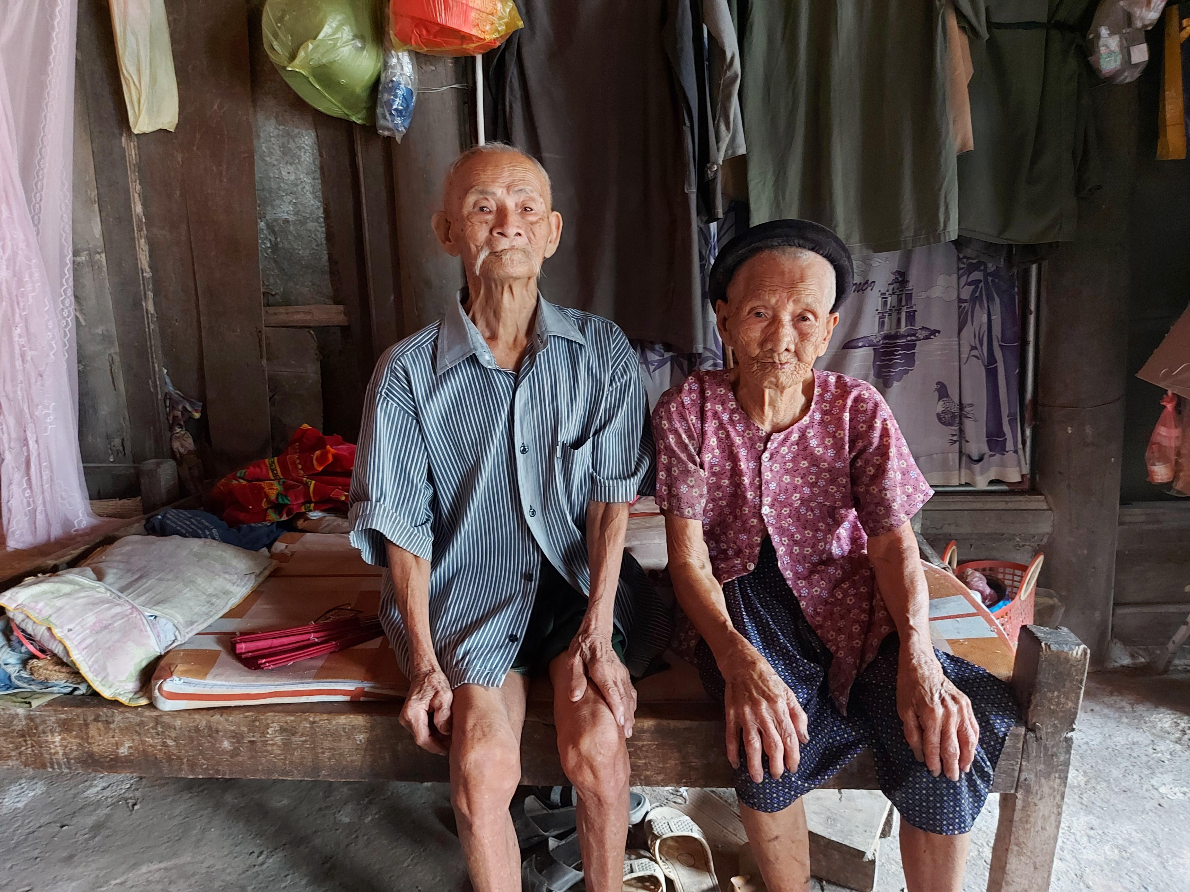Hai vợ chồng cụ Toa, cụ Nhâm hi vọng dịch bệnh sớm kết thúc để người dân trở lại cuộc sống như trước.
