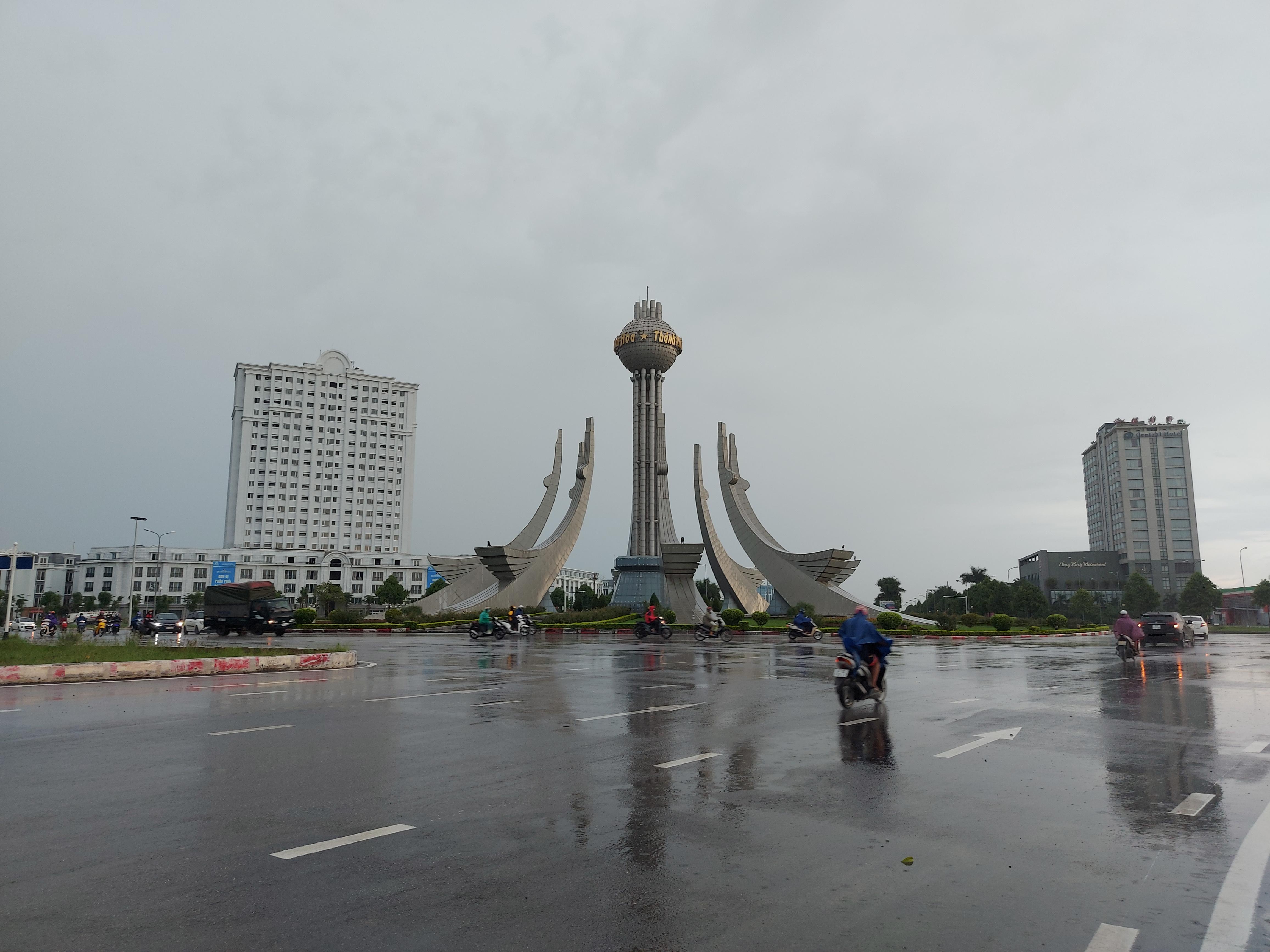 Tại khu vực vòng xuyến chim hạc, đại lộ Hùng Vương, phương tiện qua lại khá thưa thớt.
