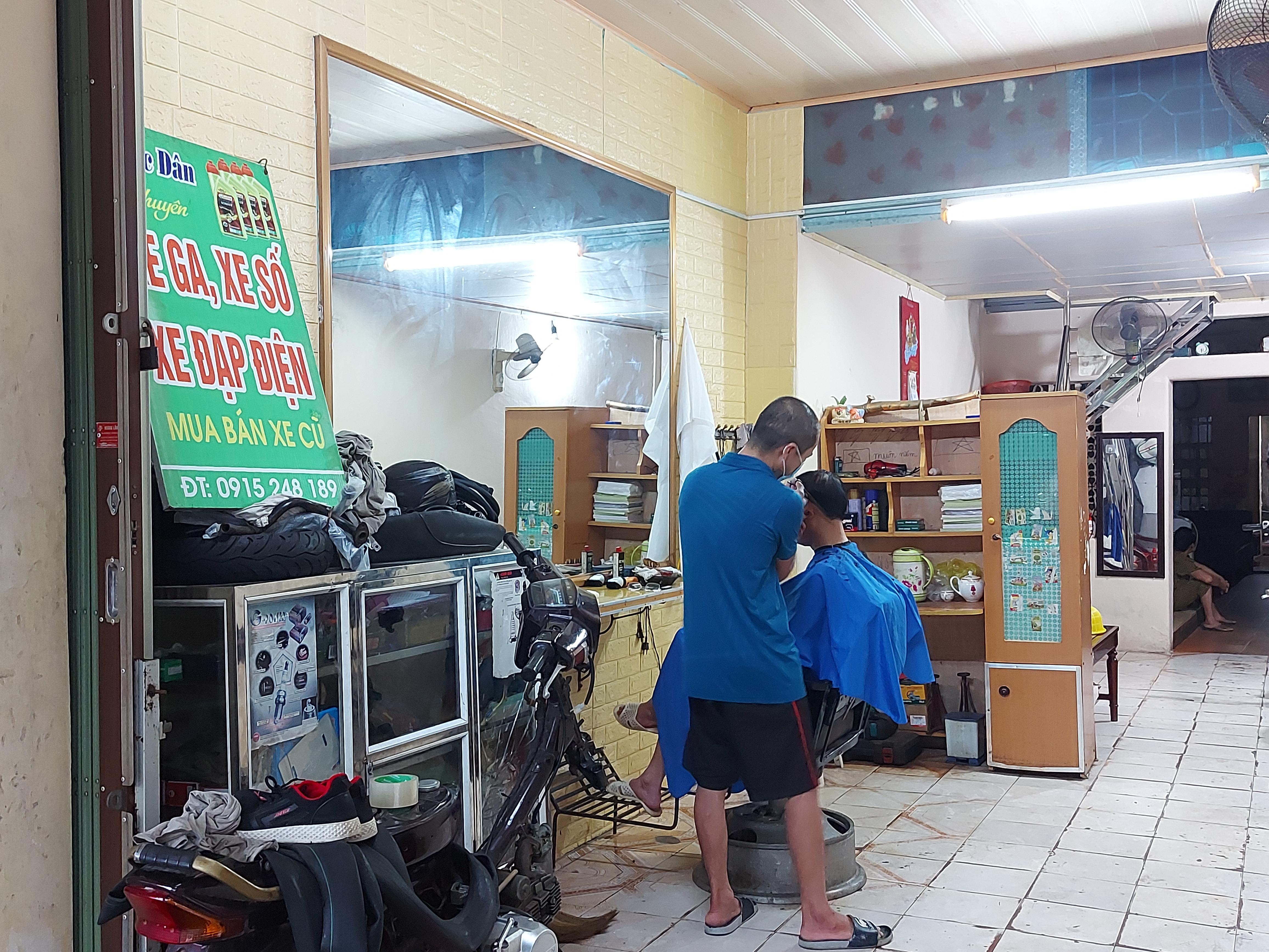 Kết thúc 13 ngày giãn cách, nhiều người dân TP Thanh Hóa đến tiệm cắt tóc để 'tu sửa' lại mái đầu của mình.