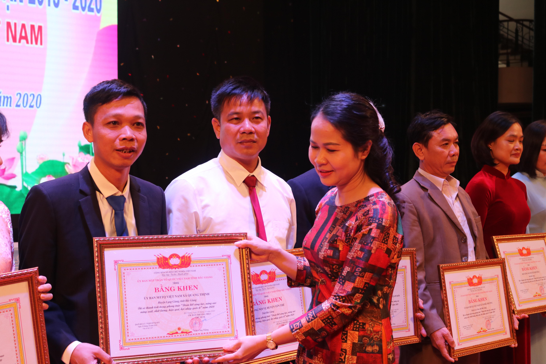 Phó Chủ tịch MTTQ tỉnh Bắc Giang Diêm Hồng Linh trao bằng khen cho các tập thể, cá nhân có thành tích trong phong trào Đoàn kết sáng tạo năm 2020.