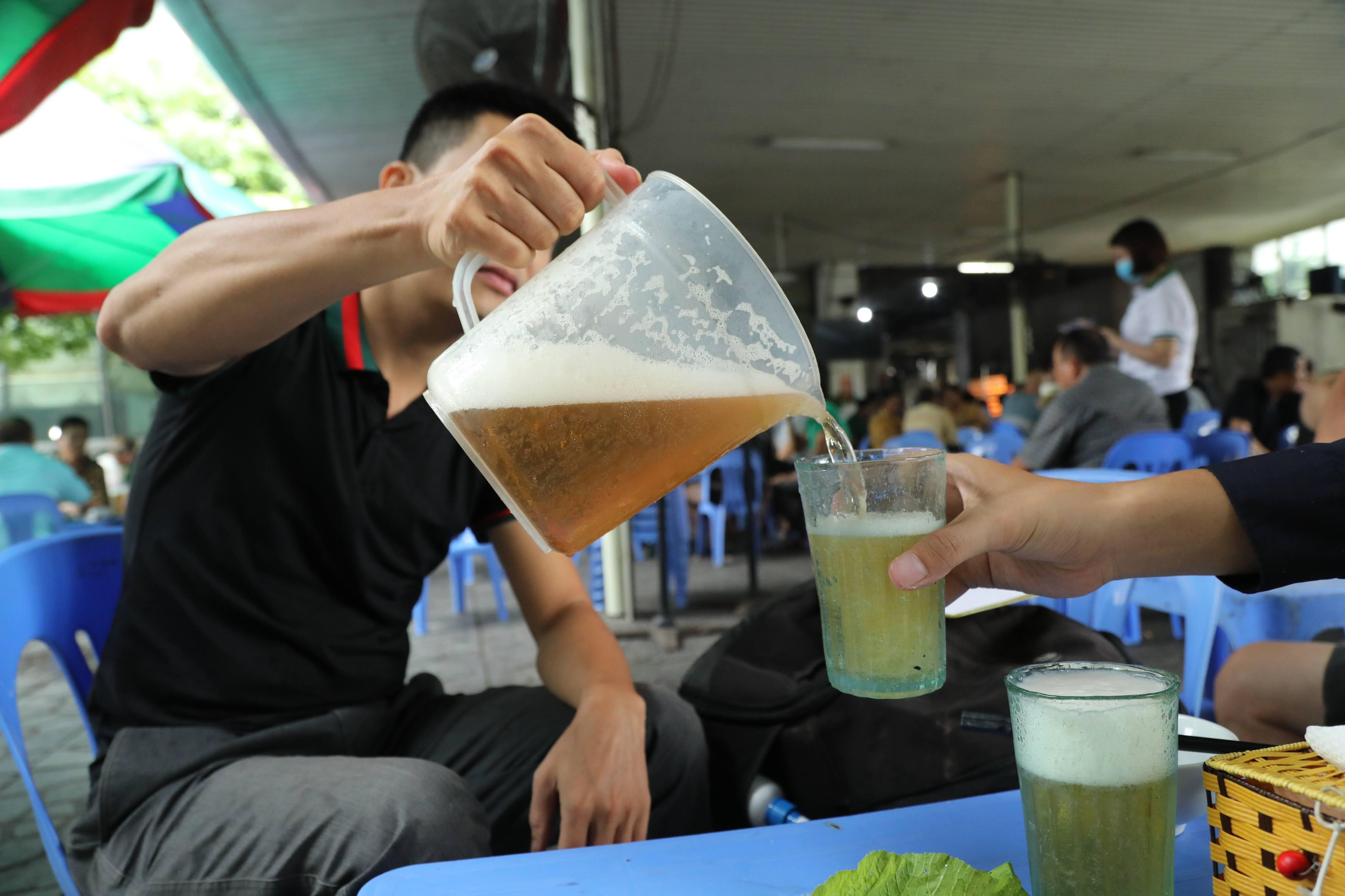 Uống rượu bia gây nhiều tác hại nghiêm trọng.
