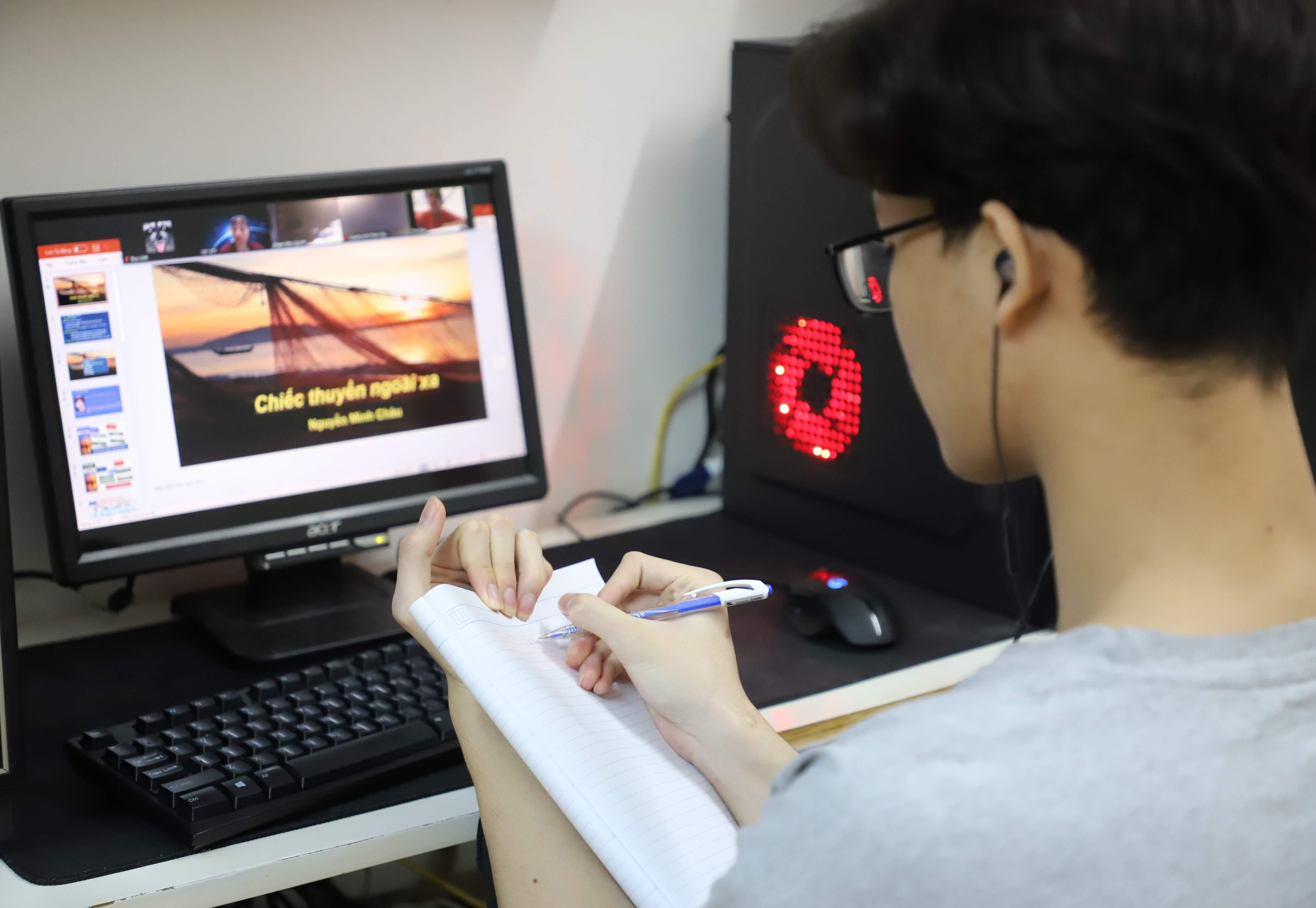 Tăng cường học online để luyện thi. Ảnh: Quang Vinh.