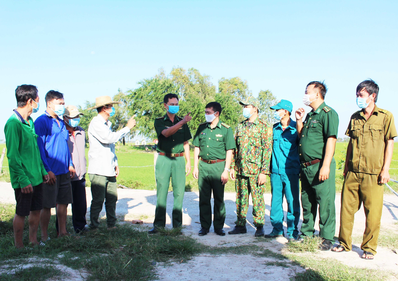Bộ đội Biên phòng Kiên Giang vận động người dân nâng cao cảnh giác phòng chống dịch Covid-19.