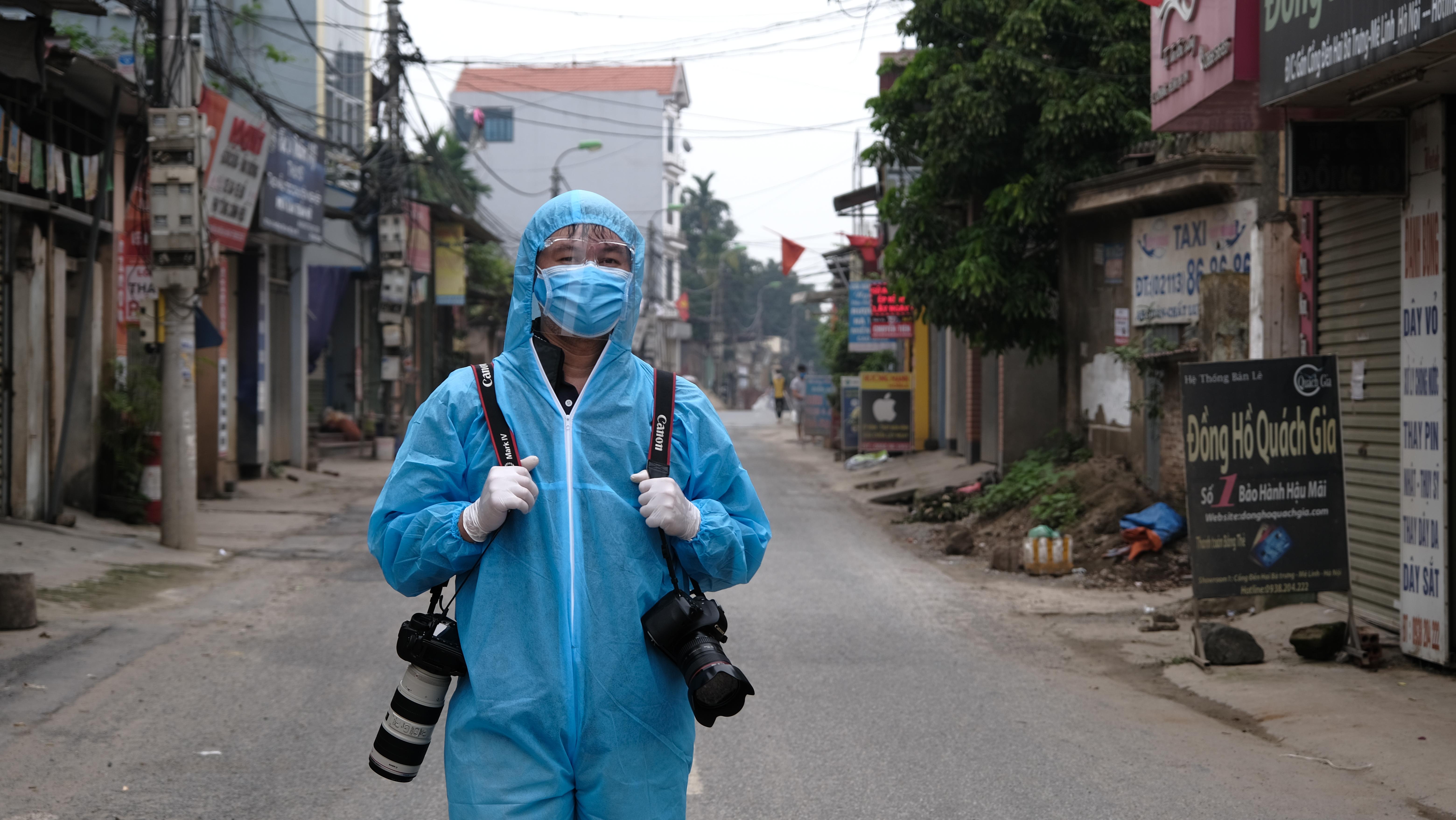 Nhà báo Phạm Quang Vinh tác nghiệp tại Hạ Lôi (Mê Linh, Hà Nội).