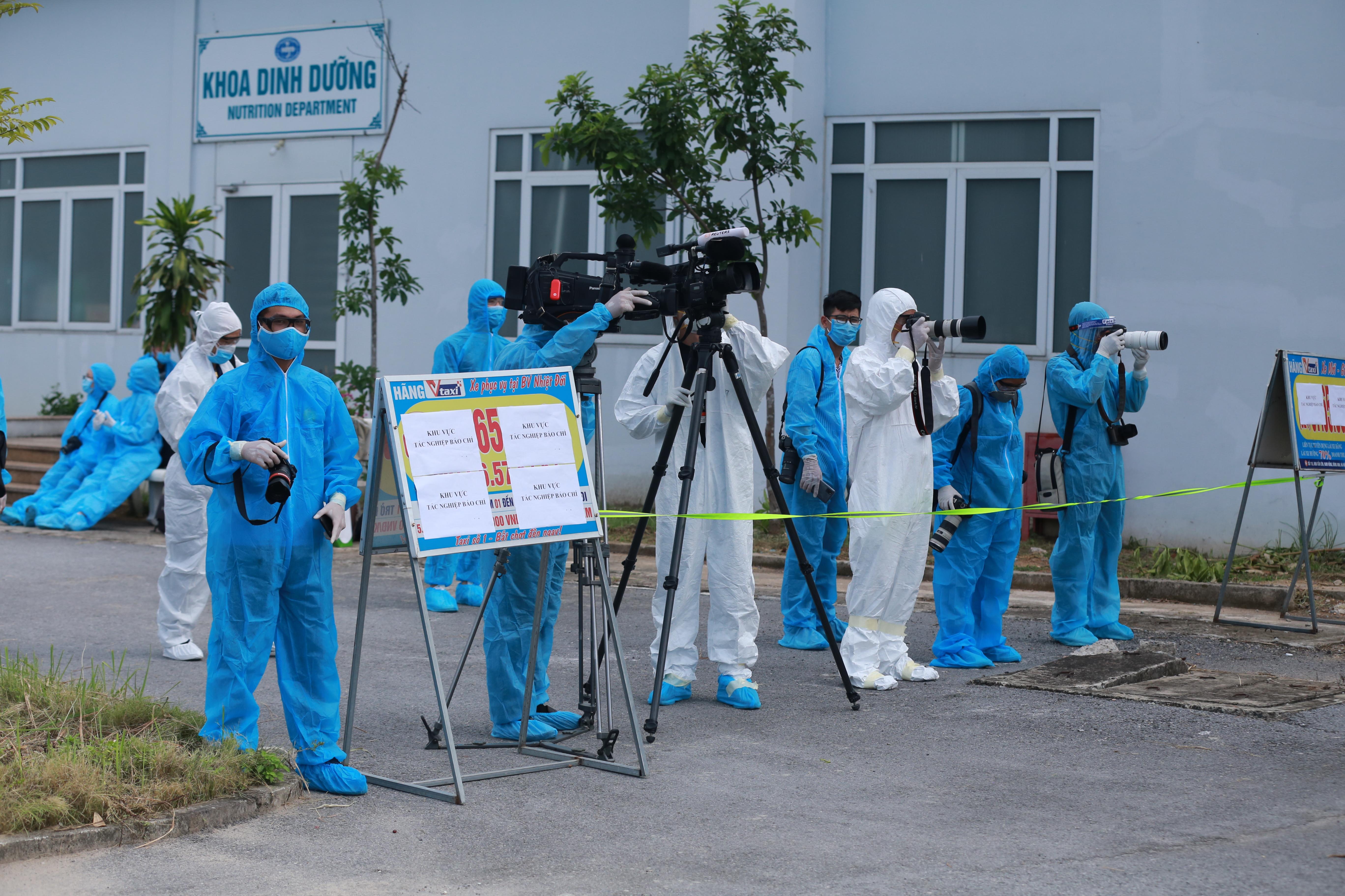 Phóng viên tác nghiệp tại Bệnh viện bệnh Nhiệt đới trung ương cơ sở 2.