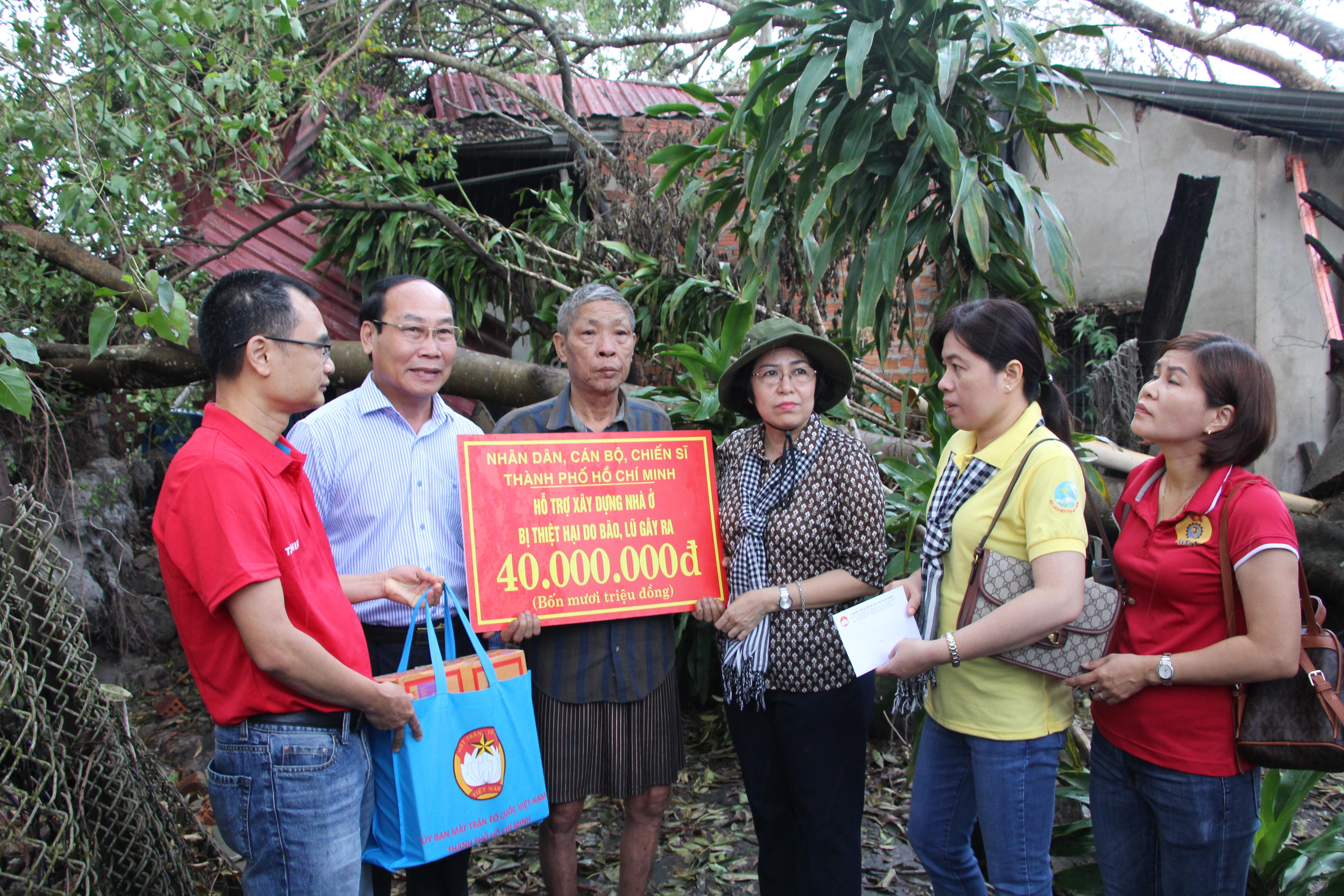 Ông Võ Xuân Ca thăm và trao hỗ trợ bà con huyện Núi Thành.
