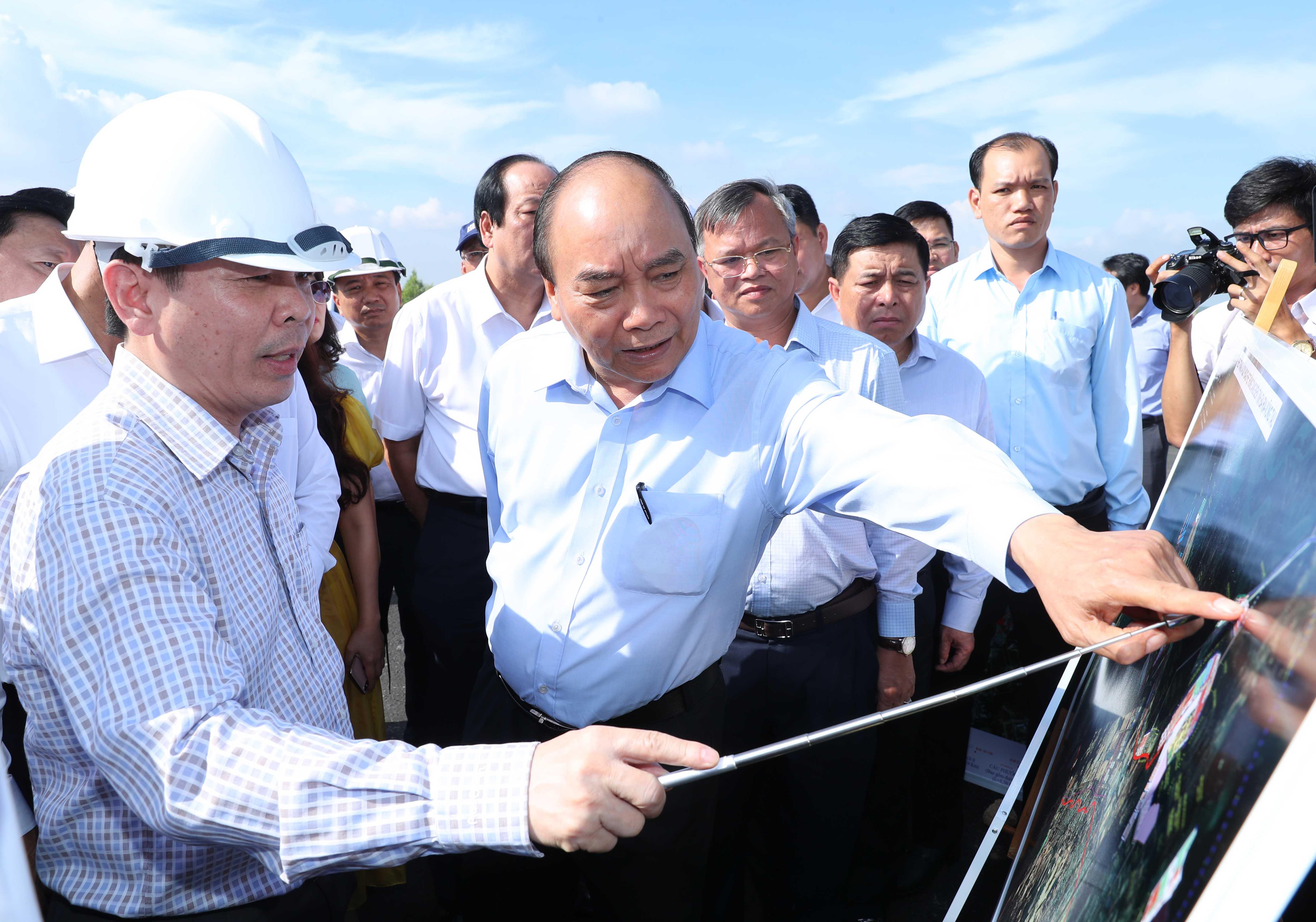 Thủ tướng Nguyễn Xuân Phúc thị sát cầu Phước An, tỉnh Bà Rịa - Vũng Tàu, ngày 30/5/2020. Ảnh: VGP.
