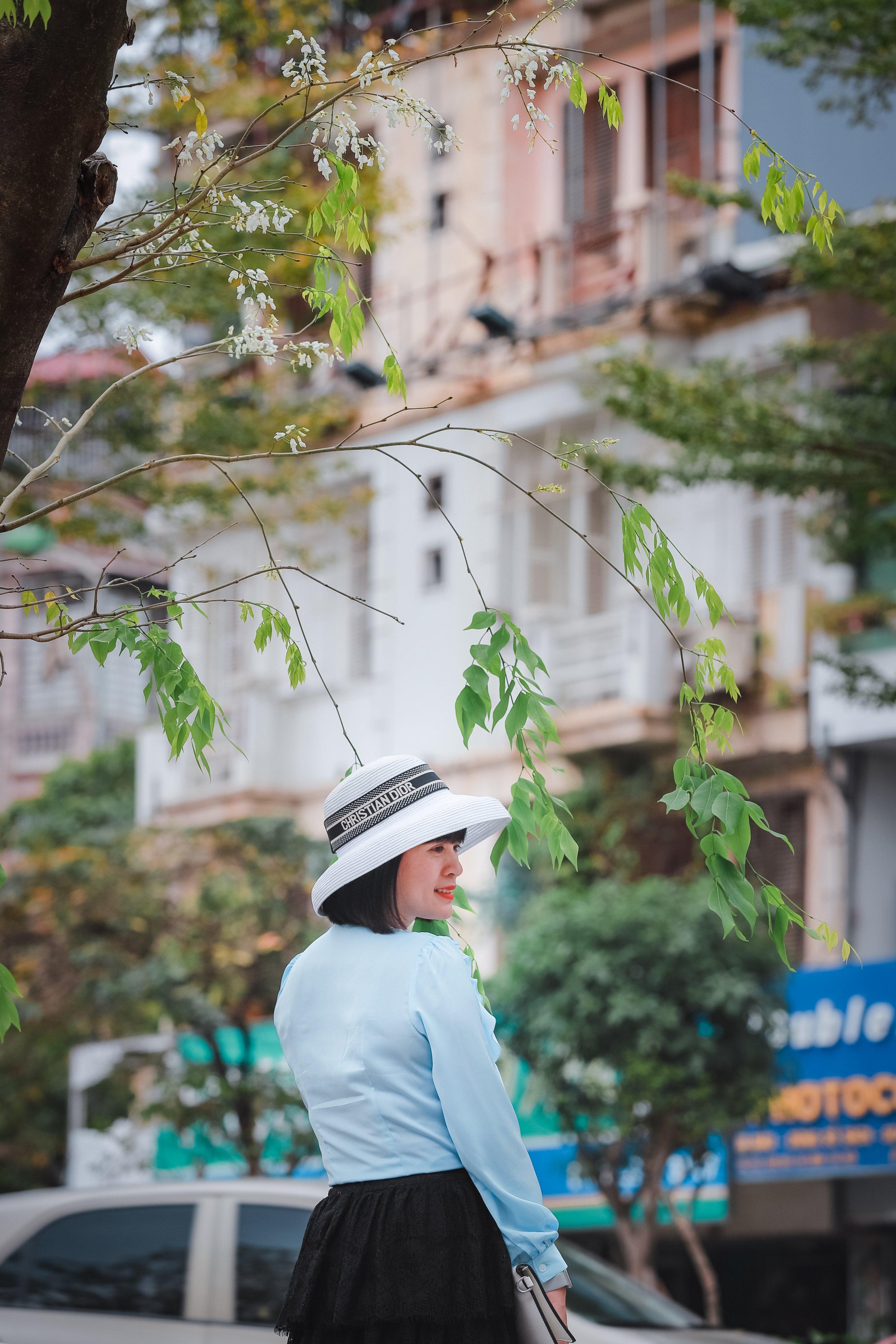 Vẻ đẹp tinh khiết của hoa Sưa khiến không ít người dân Thủ đô, khách du lịch thích thú. Mùa hoa sưa đã trở thành điểm nhấn để mọi người chụp ảnh, lưu lại những khoảnh khắc đẹp của Hà Nội. Ảnh: Phạm Anh.