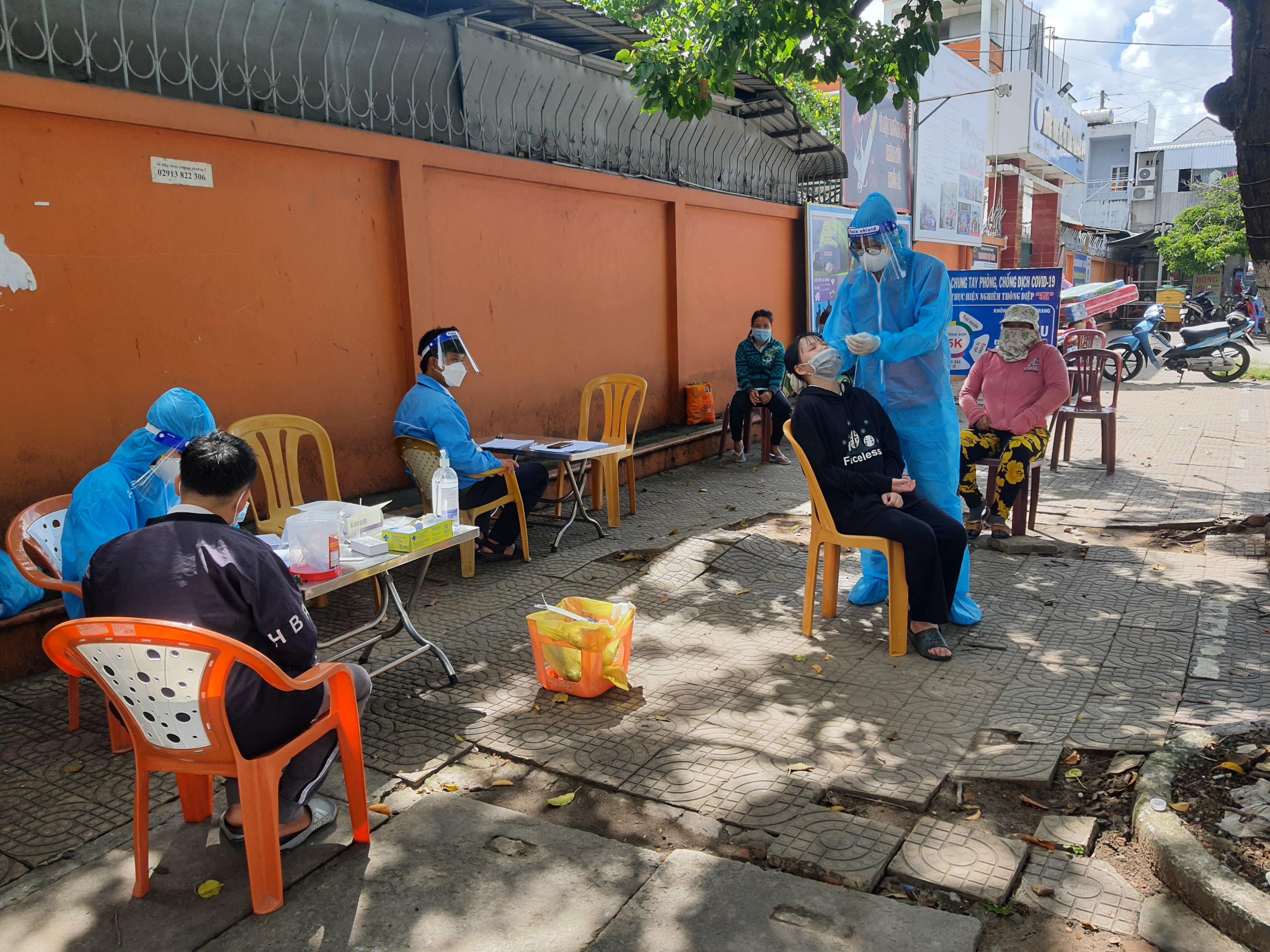Người dân ngồi chờ để xét nghiệm ngẫu nhiên.