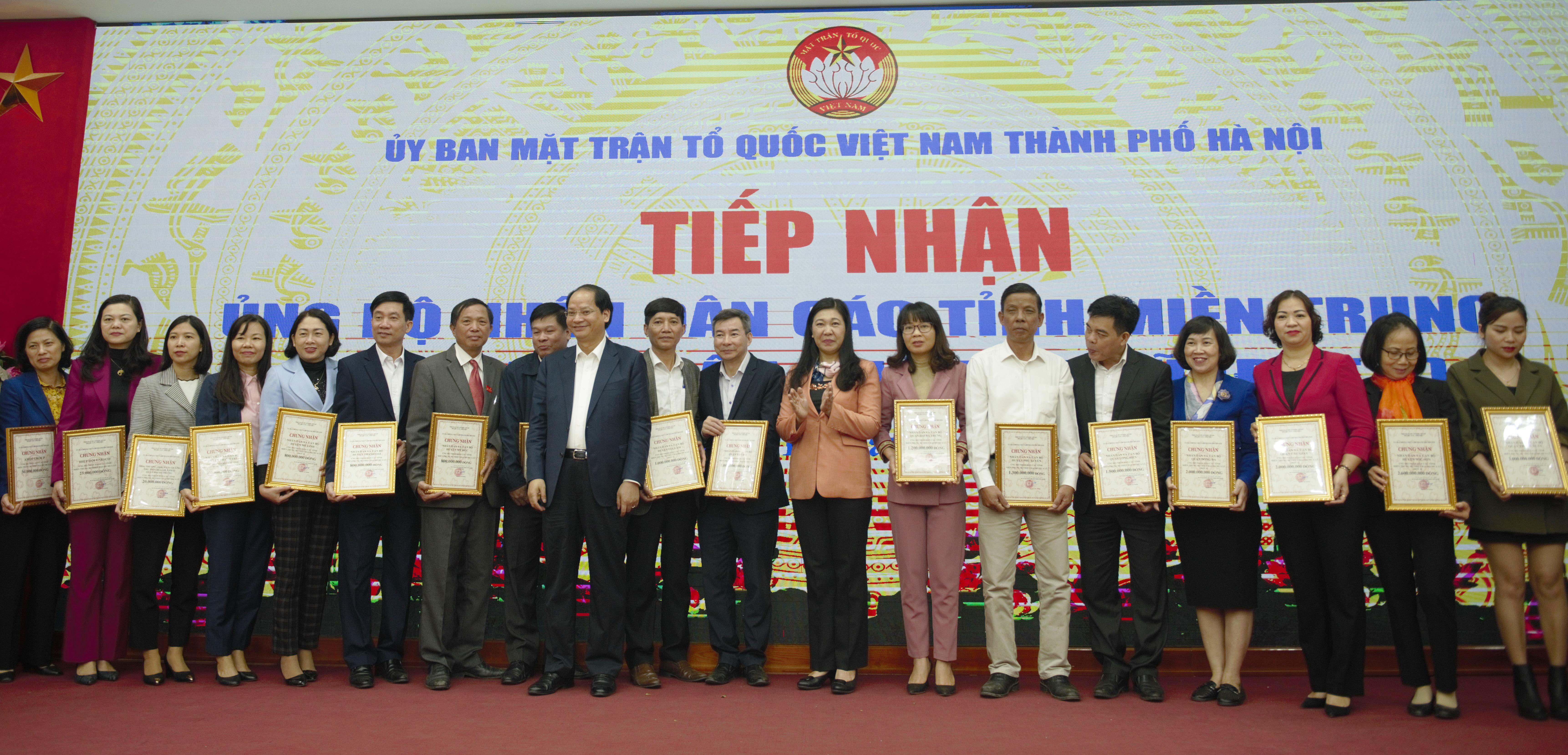 Bà Nguyễn Lan Hương tiếp nhận ủng hộ đồng bào miền Trung từ các đơn vị