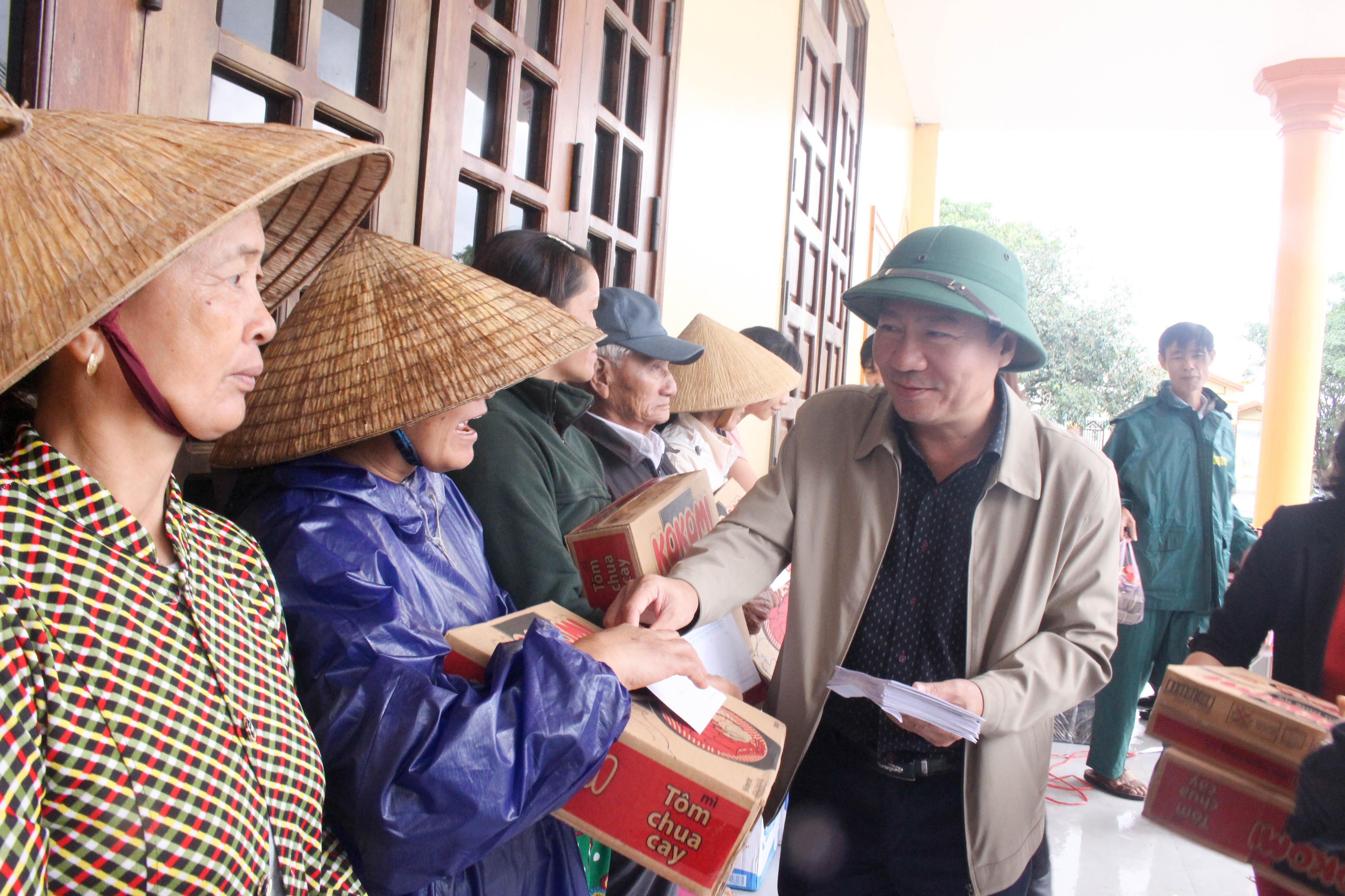 Ông Đào Mạnh Hùng, Chủ tịch Ủy ban MTTQ Việt Nam tỉnh Quảng Trị trao quà cho bà con giáo dân bị ảnh hưởng do bão lũ tại huyện Hải Lăng.