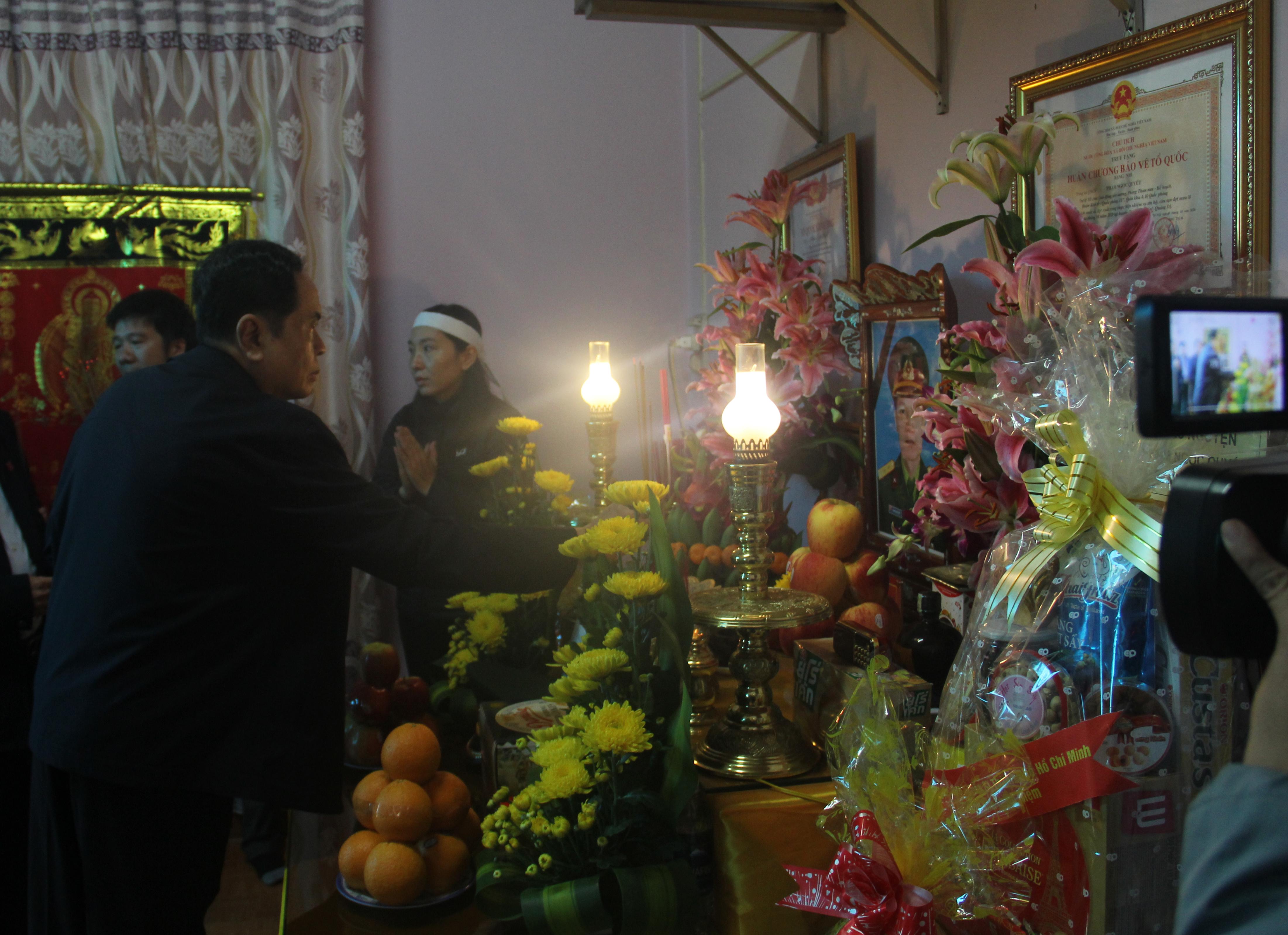 Chủ tịch Trần Thanh Mẫn đến thăm và dâng hương 2 liệt sĩ Bùi Phi Công và Phạm Ngọc Quyết hy sinh trong lúc làm nhiệm vụ cứu hộ, cứu nạn trong đợt bão lũ tháng 10 vừa qua.