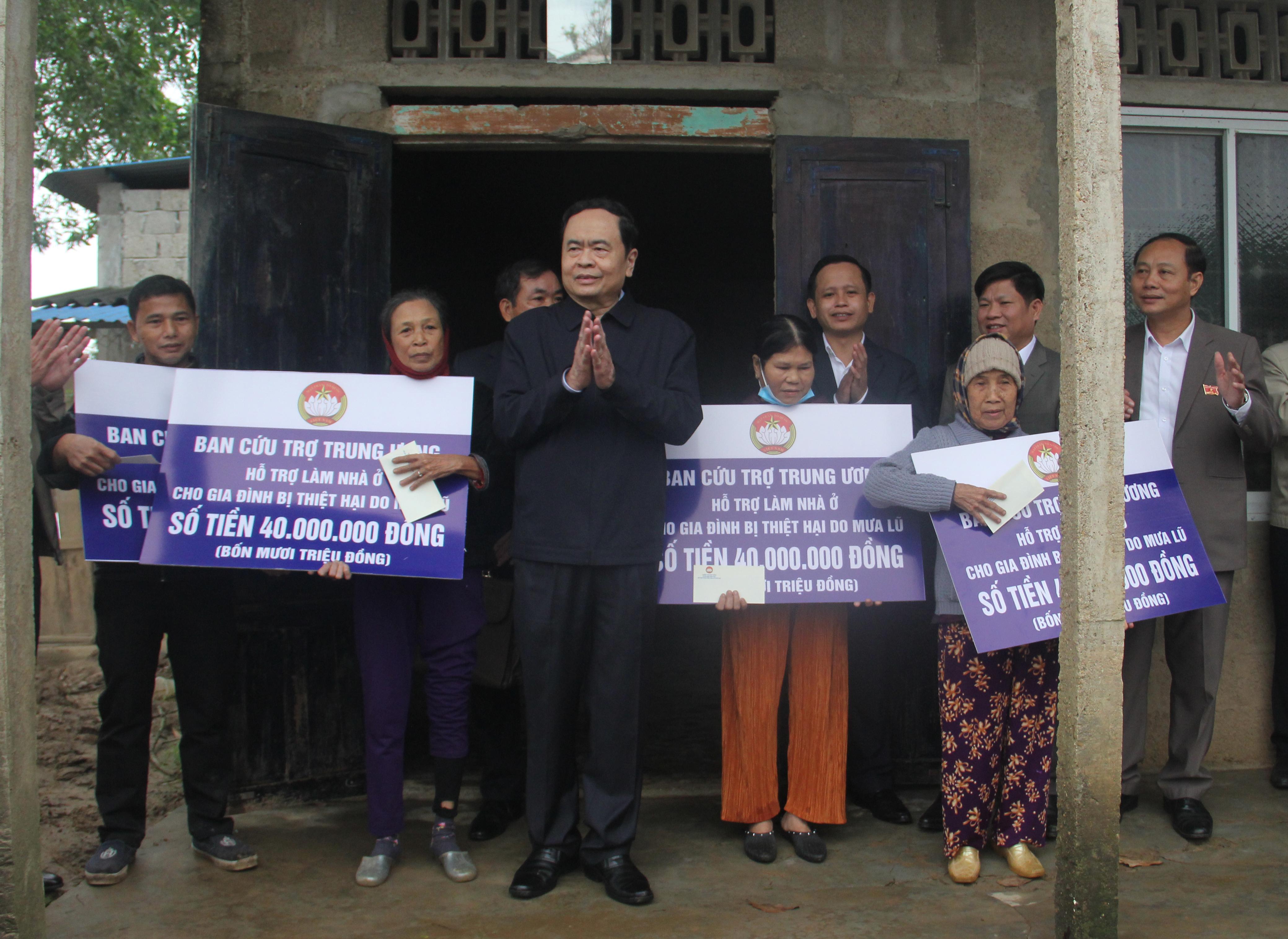 Chủ tịch Trần Thanh Mẫn thăm và trao tiền hỗ trợ các hộ dân có nhà cửa bị hư hỏng trong đợt mưa lũ vừa qua tại thôn Tân Đức, xã Triệu Thành.