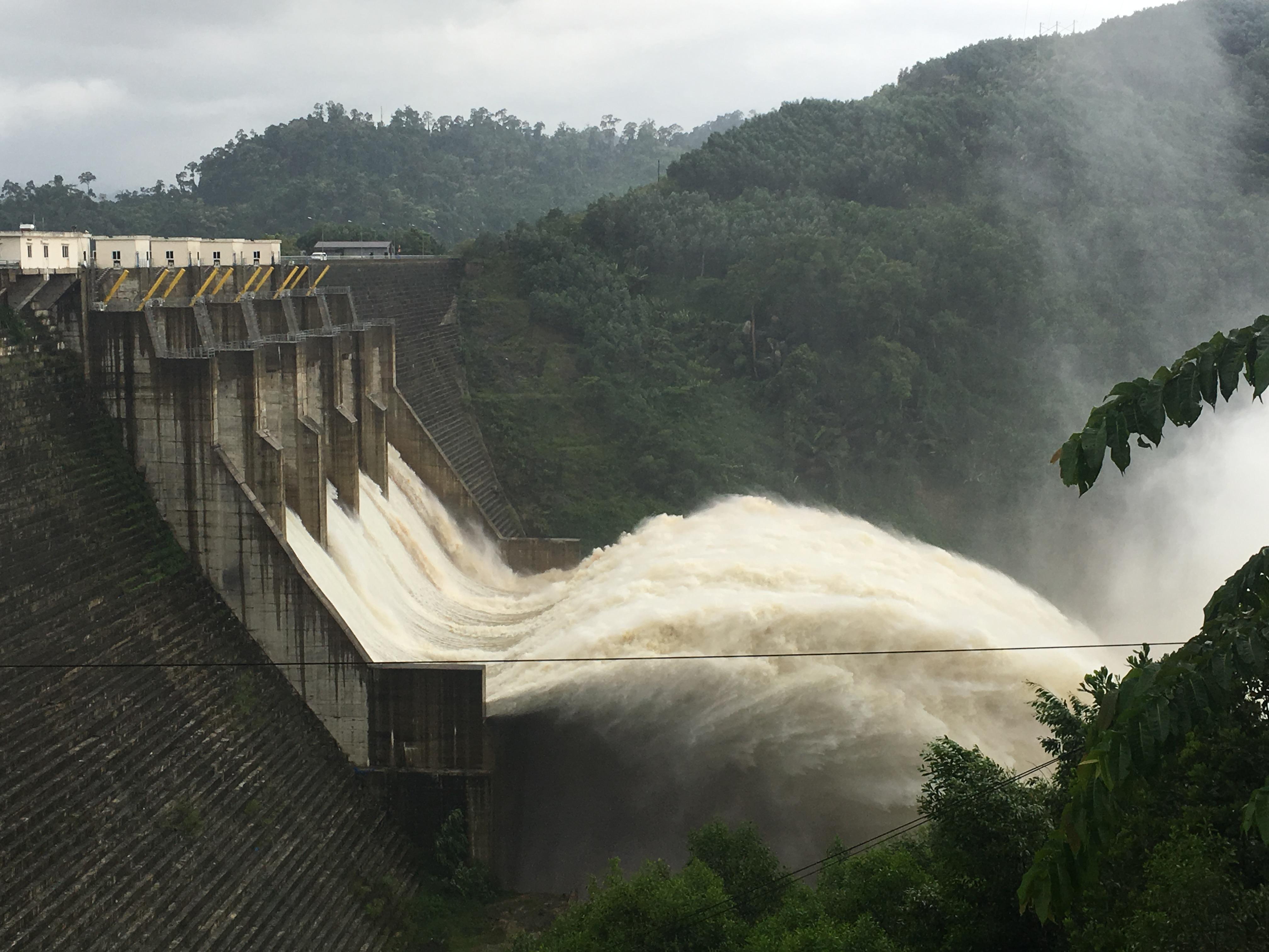 Một thủy điện trên địa bàn tỉnh Quảng Nam xả lũ.
