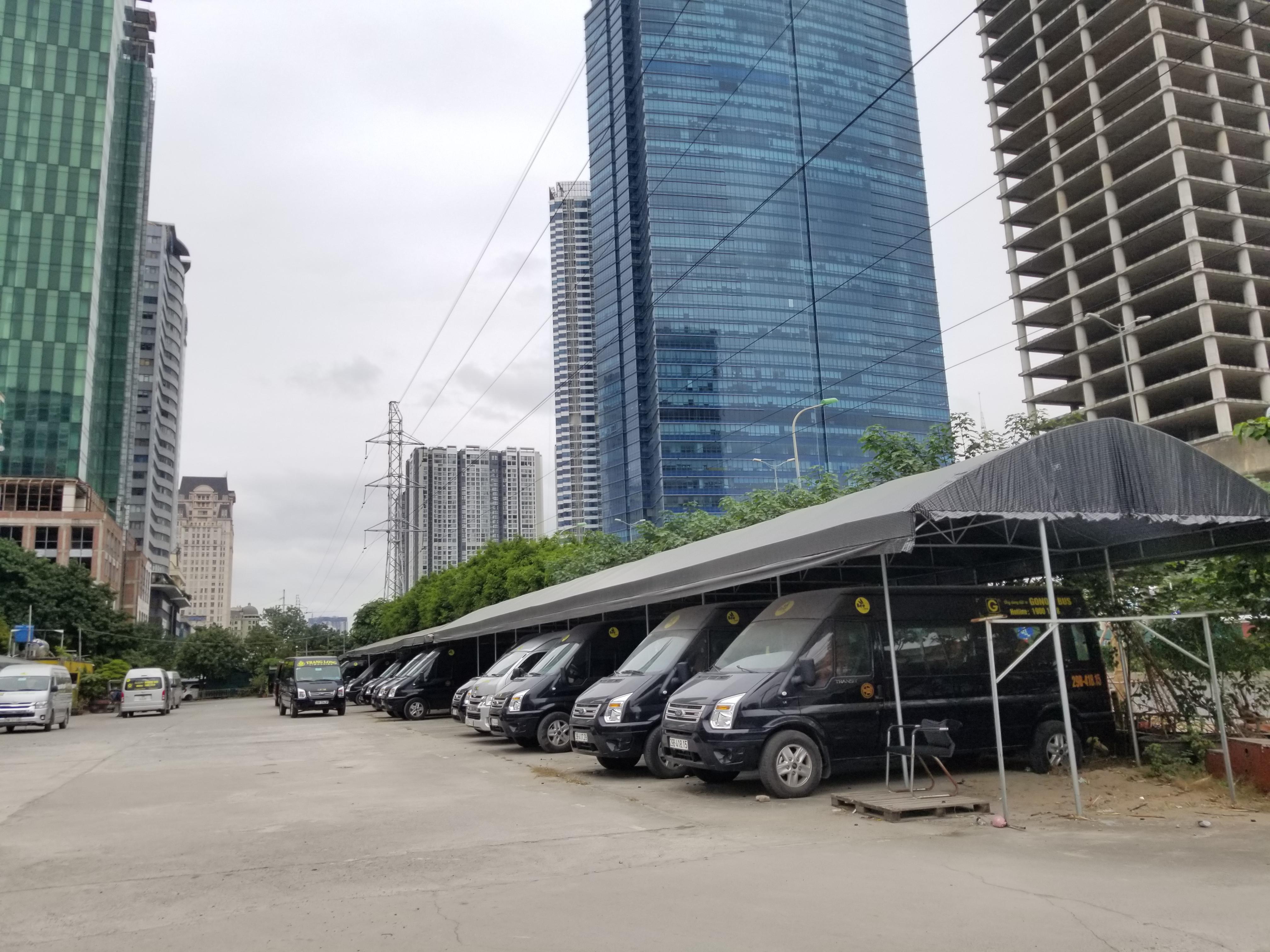 Bãi đỗ xe xây dựng trái phép trên mặt bằng dải cây xanh cách ly KĐT Mễ Trì Hạ vẫn ngang nhiên tồn tại.