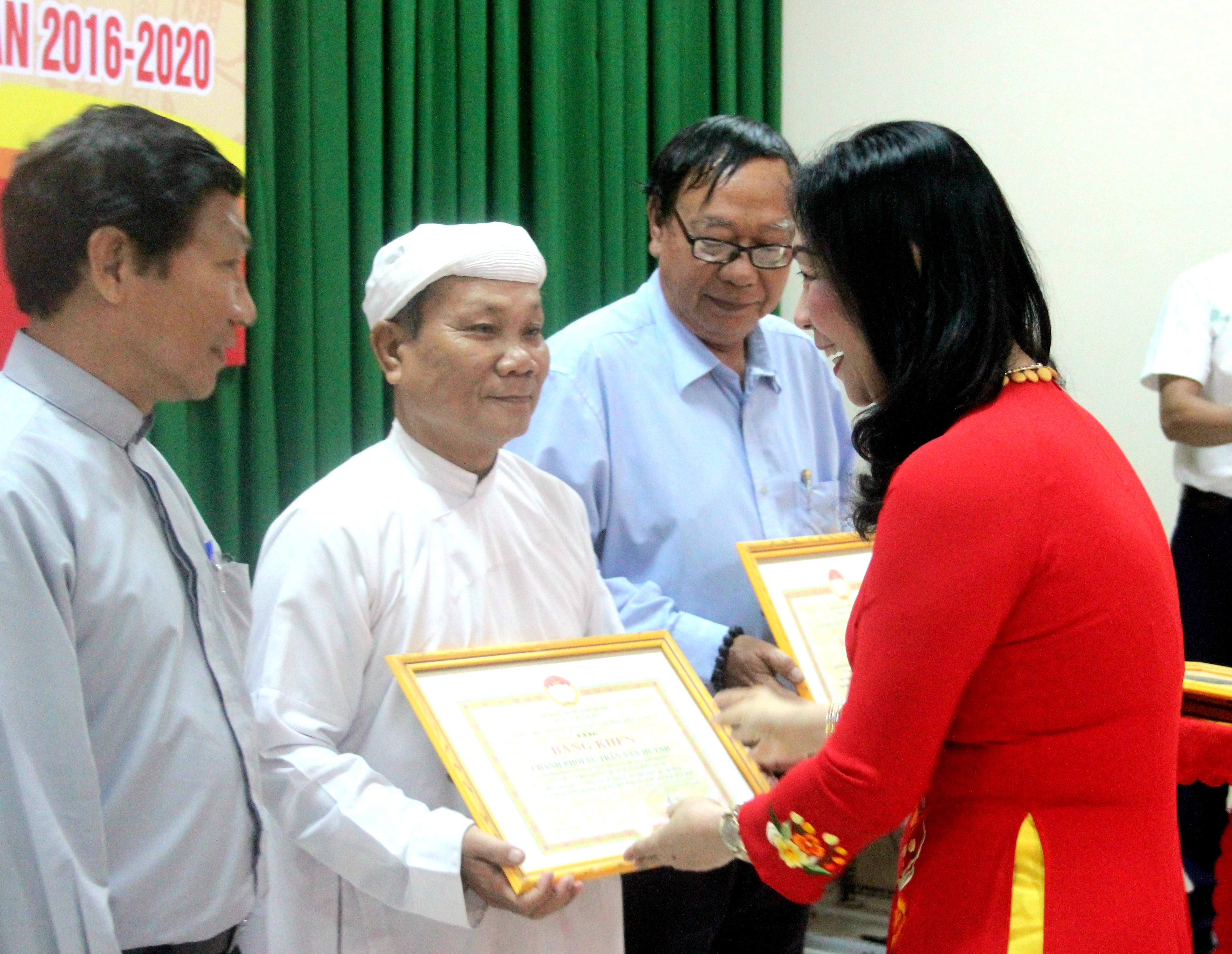 Bà Lê Thị Vệ, Chủ tịch Ủy ban MTTQ Việt Nam tỉnh Kiên Giang trao bằng khencho các vị chức sắc, tôn giáo trong tỉnh Kiên Giang.