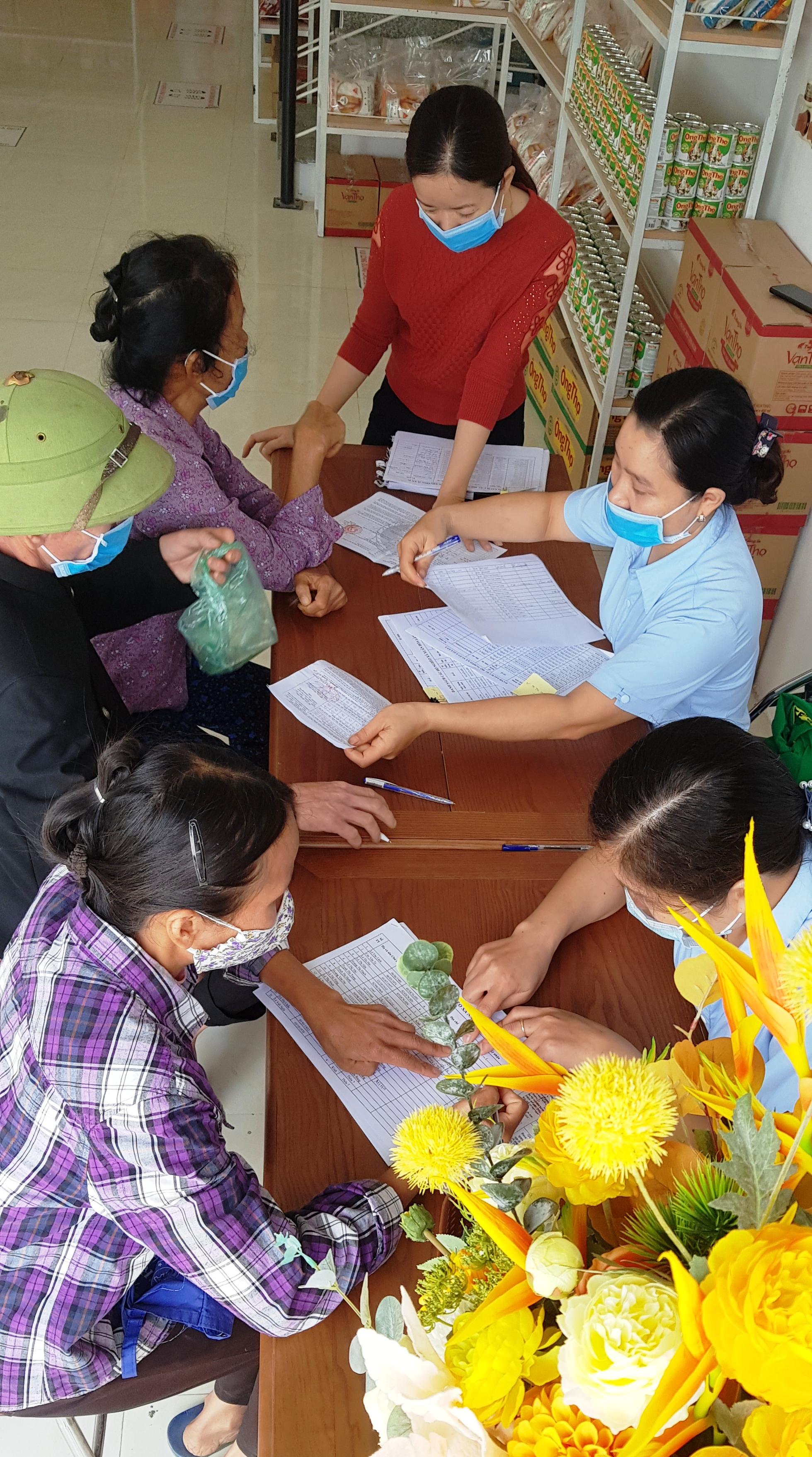 Người nghèo cảm thấy ấm lòng vì nhận được sự quan tâm của cộng đồng.