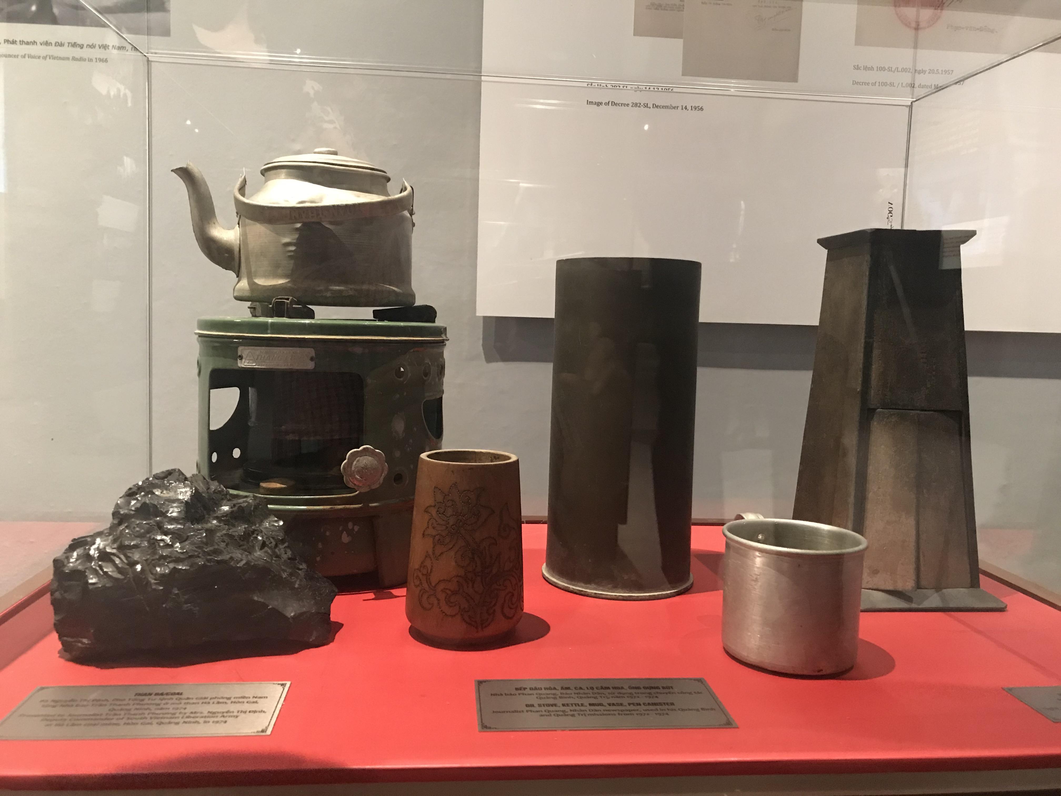 Một số hiện vật gắn bó với các nhà báo lão thành trưng bày tại Bảo tàng. Ảnh: Nguyễn Thanh Bình.