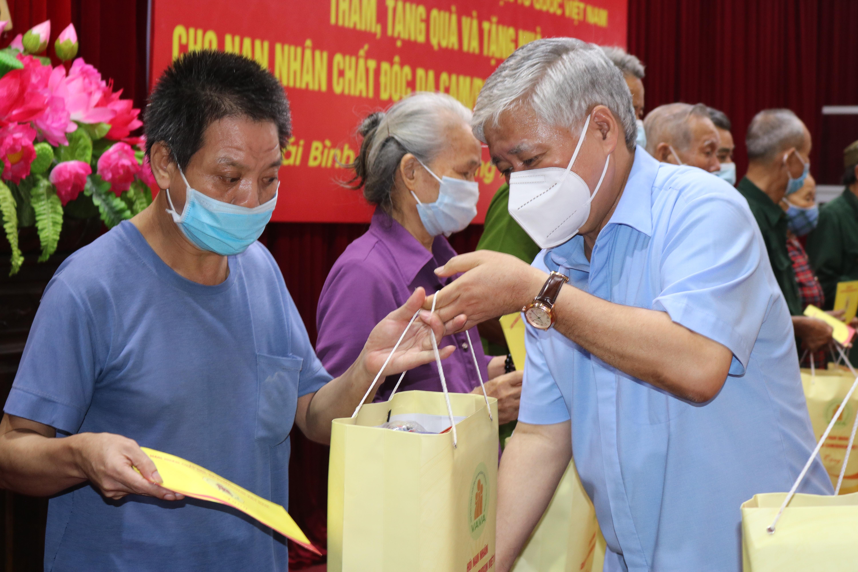 Chủ tịch UBTƯ MTTQ Việt Nam Đỗ Văn Chiến tặng quà nạn nhân chất độc da ở tỉnh Thái Bình.Ảnh: Trần Duy Hưng.