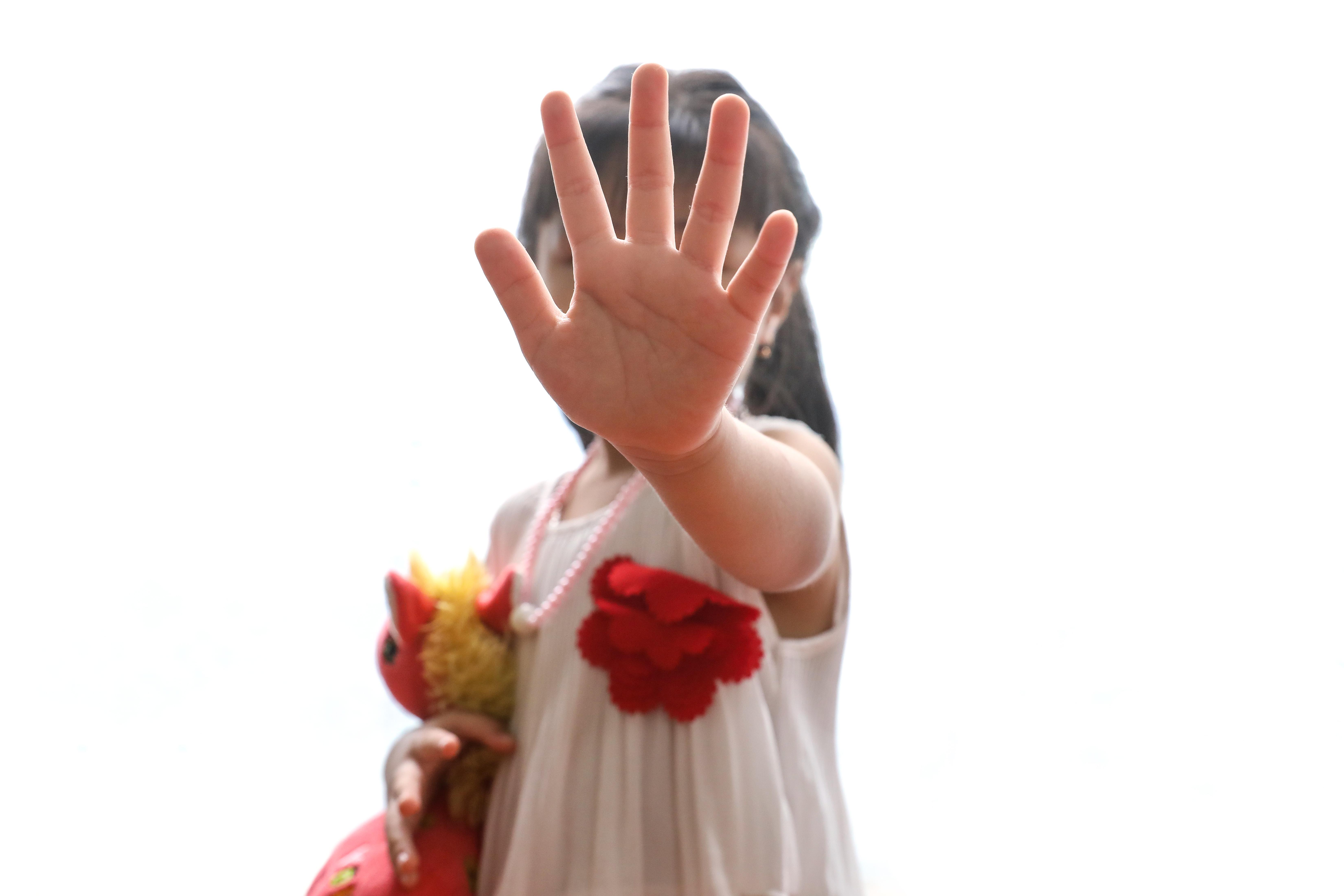 Không chỉ bảo vệ, người lớn cần phải dạy cho trẻ kỹ năng để biết tự bảo vệ mình. Ảnh: Quang Vinh.