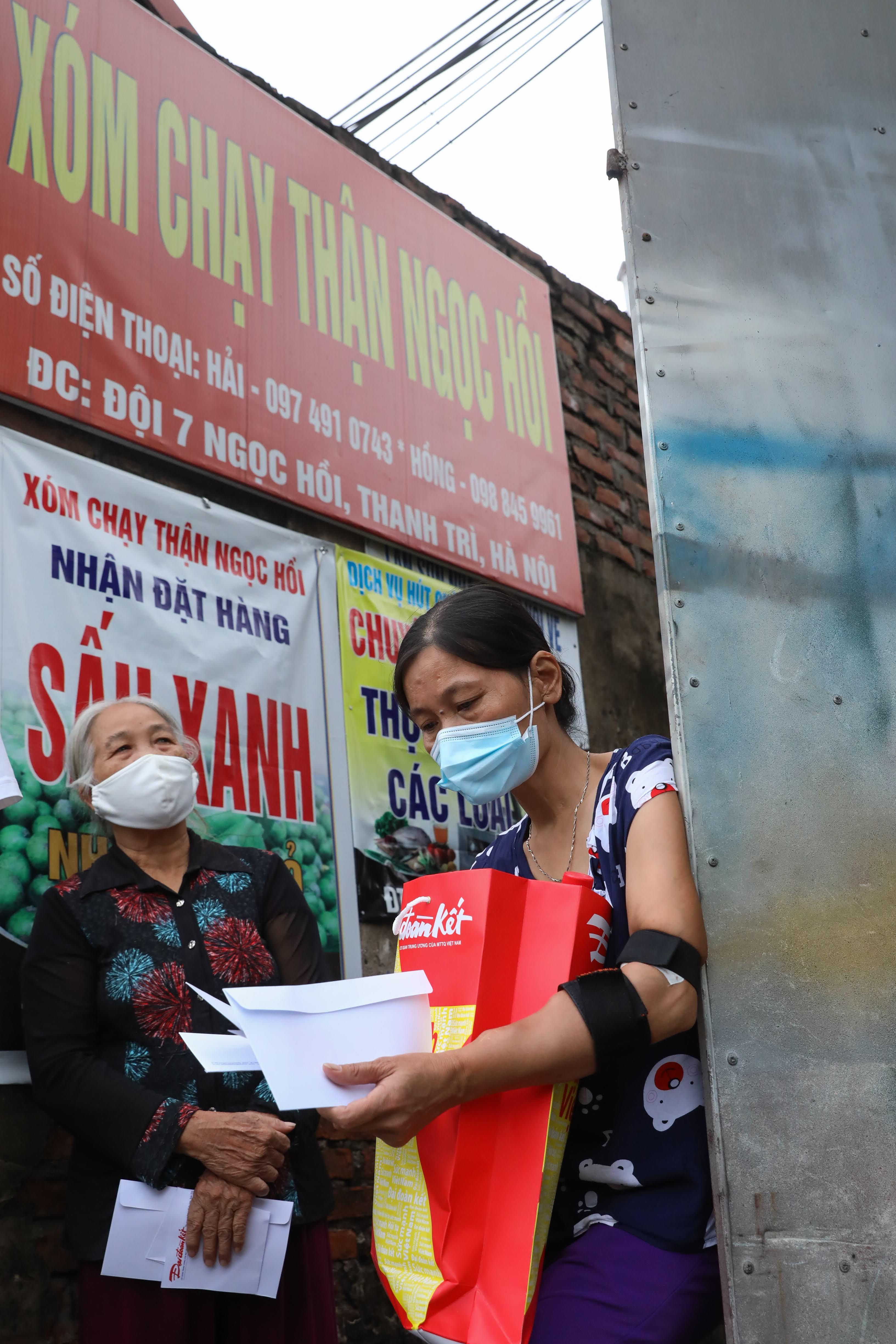 Những suất quà ấm áp sẻ chia tìm đến Xóm chạy thận Ngọc Hồi, Thanh Trì, Hà Nội.
