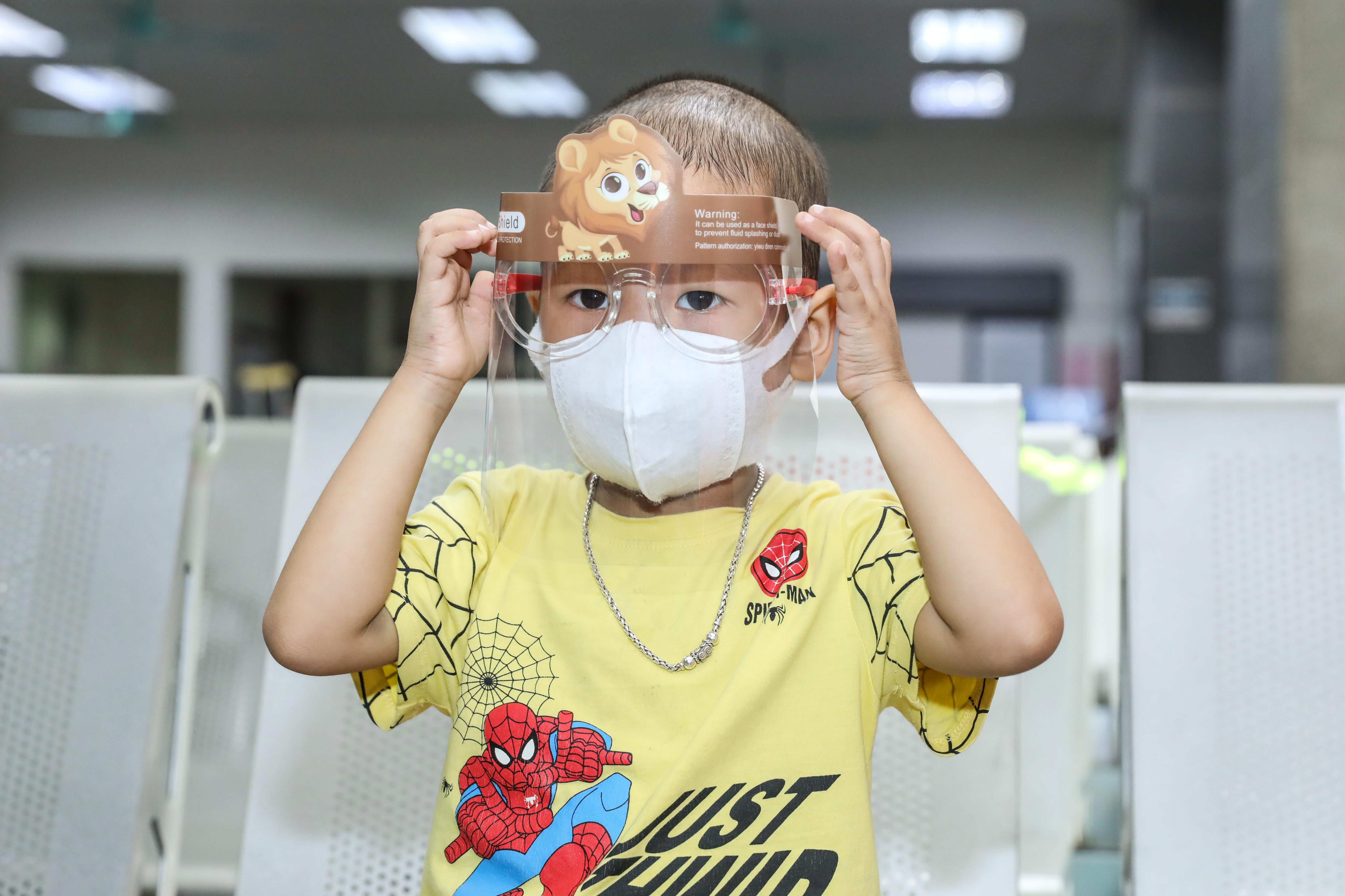 """Những bệnh nhi tại Viện Huyết học và Truyền máu trung ương nhận quà từ chương trình """"Cơm cho người nghèo trong đại dịch"""" của Báo Đại Đoàn Kết. Ảnh Quang Vinh."""