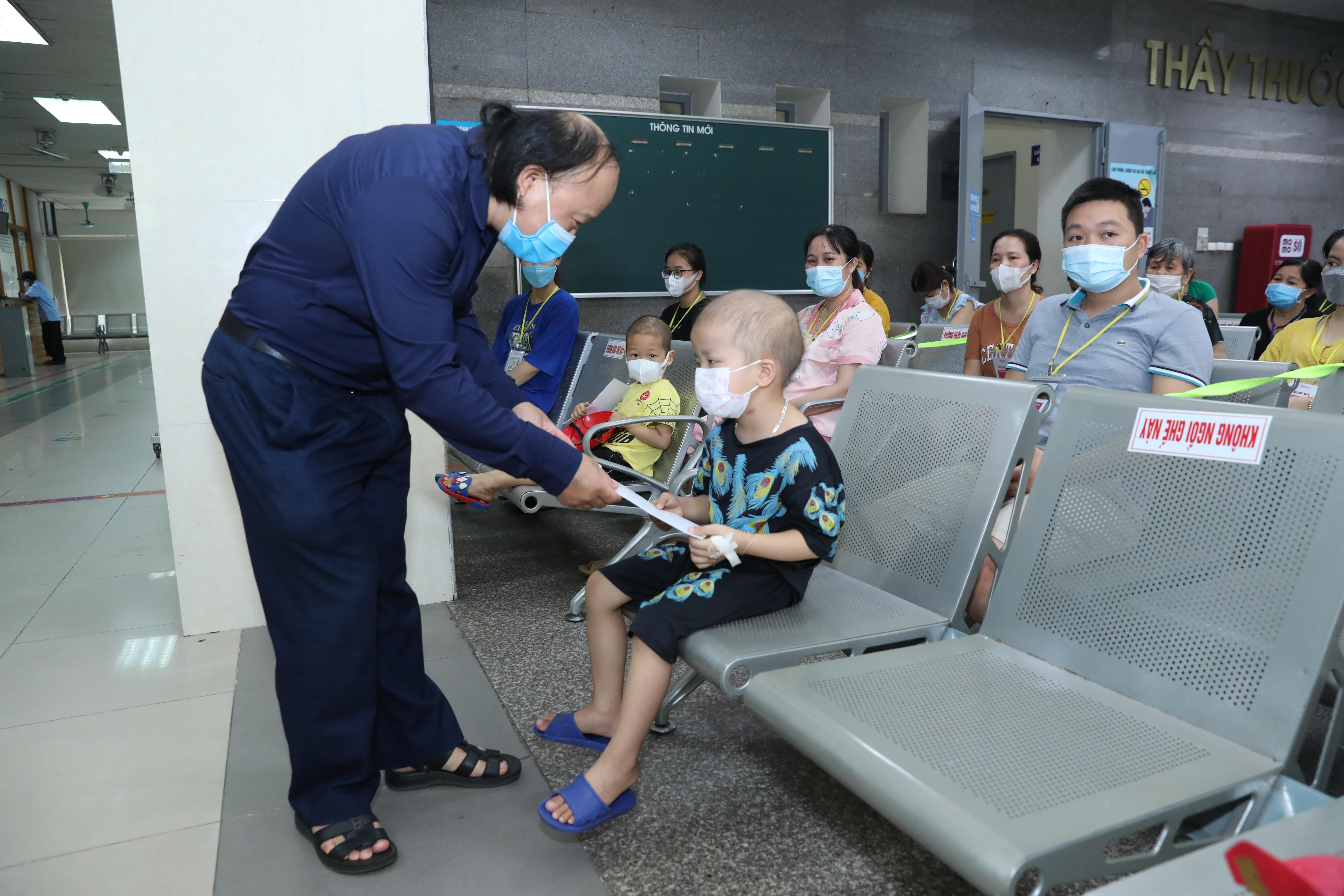 Báo Đại Đoàn Kết trao quà cho các bệnh nhi.Ảnh: Quang Vinh.