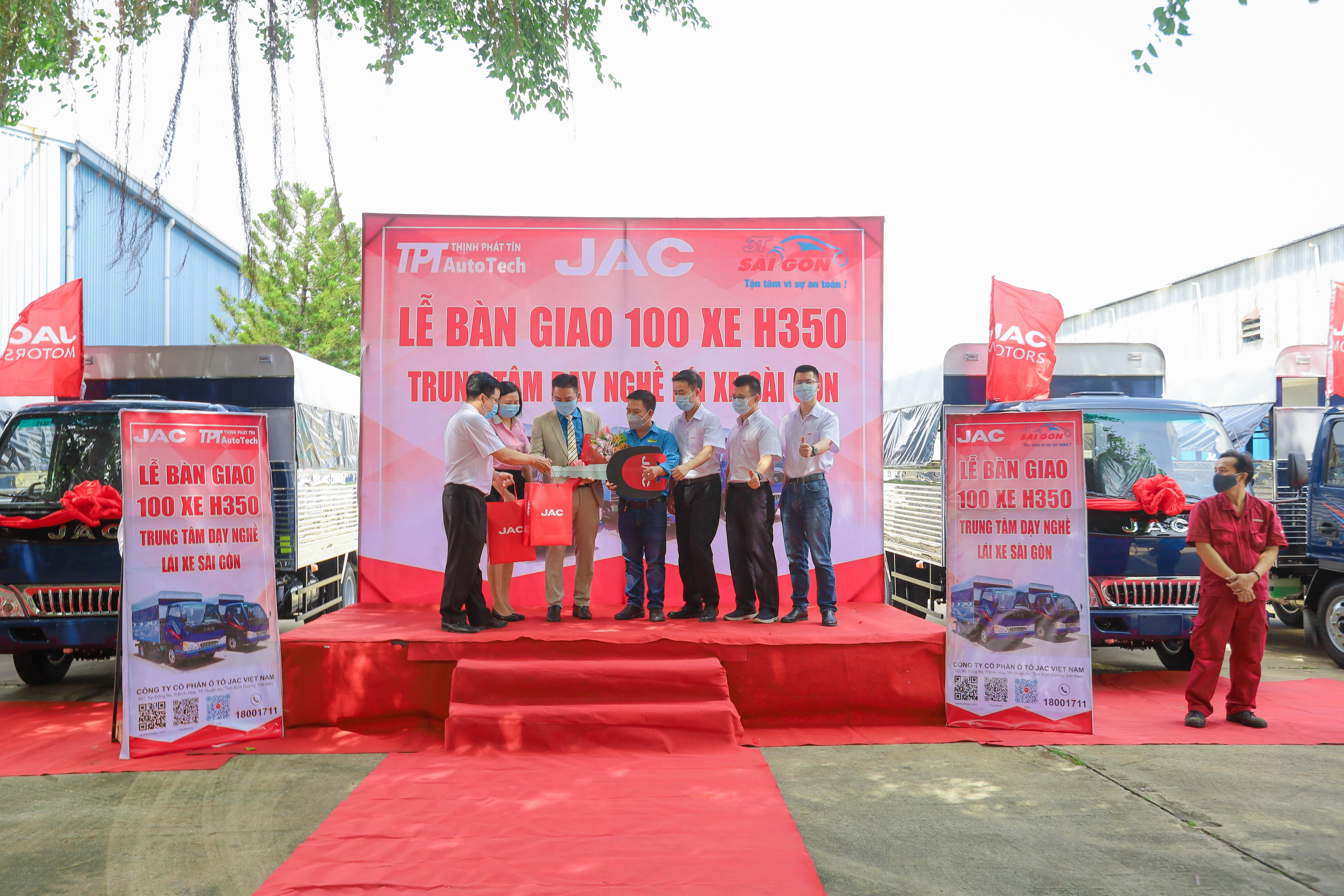 Lễ tiếp nhận 100 xe chuyên dụng để phục vụ cho hệ thống đào tạo lái xe Sài Gòn.