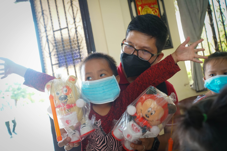 Trung tâm Công tác Xã hội Công đoàn thành phố - Liên đoàn Lao động TPHCM đến thăm và trao quà cho trẻ em tại trung tâm Mai Hòa (huyện Củ Chi).